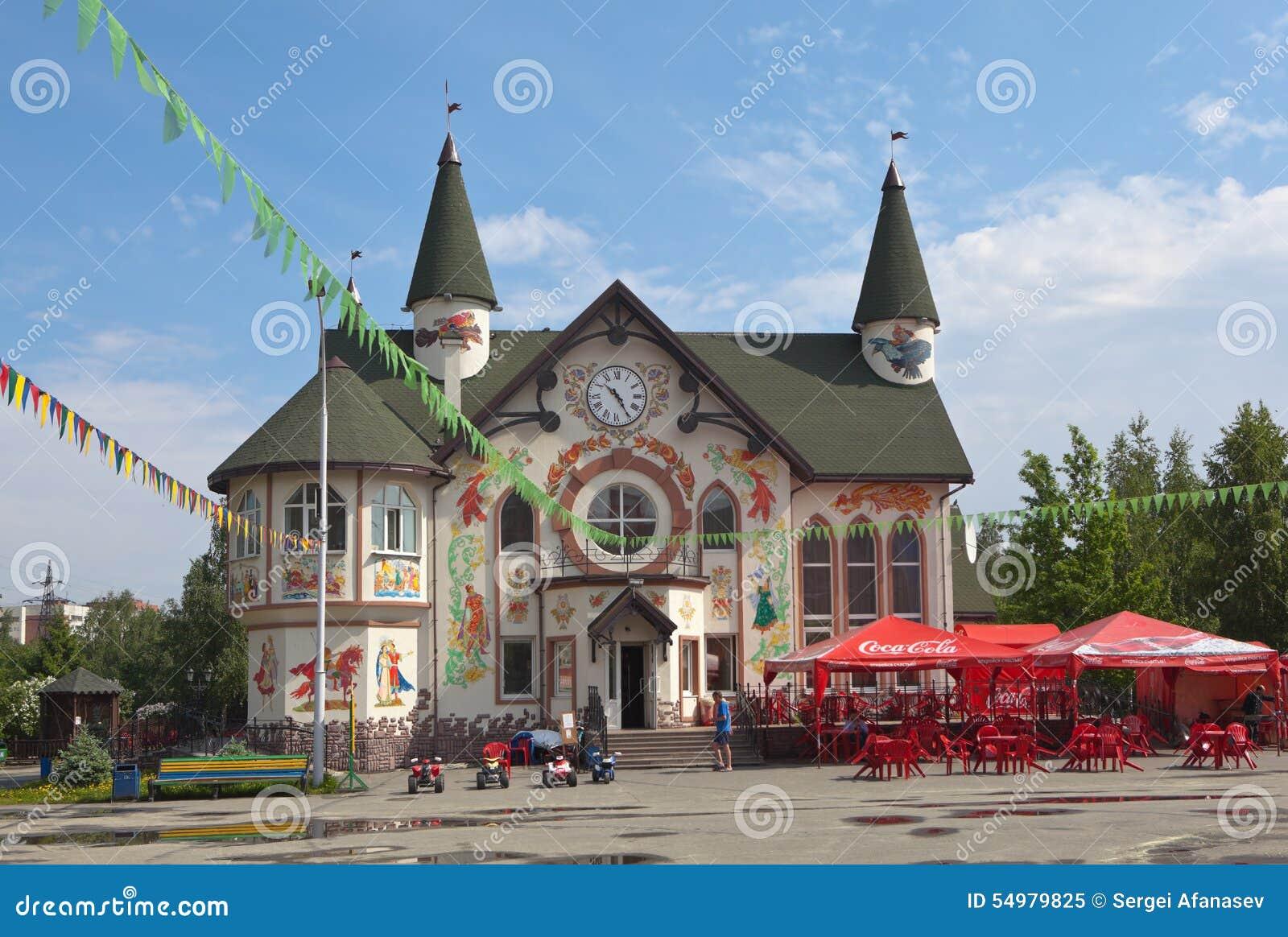 YEKATERINBURG RYSSLAND - JUNI 2, 2015: Foto av den administrativa byggnaden av parkera Tagansky