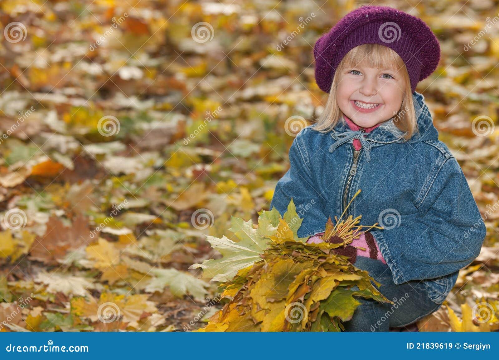 Yellow för leaves för flicka skratta little