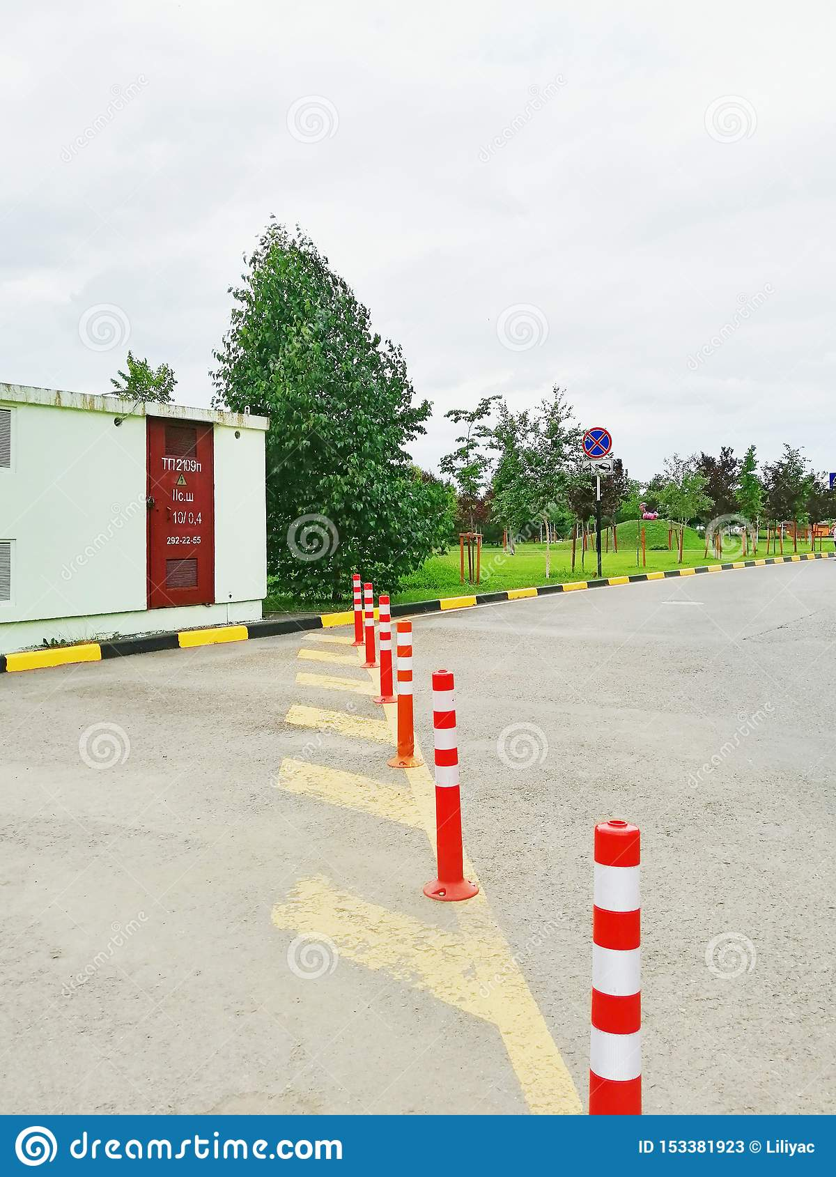 Yellow road markings and pillars to limit