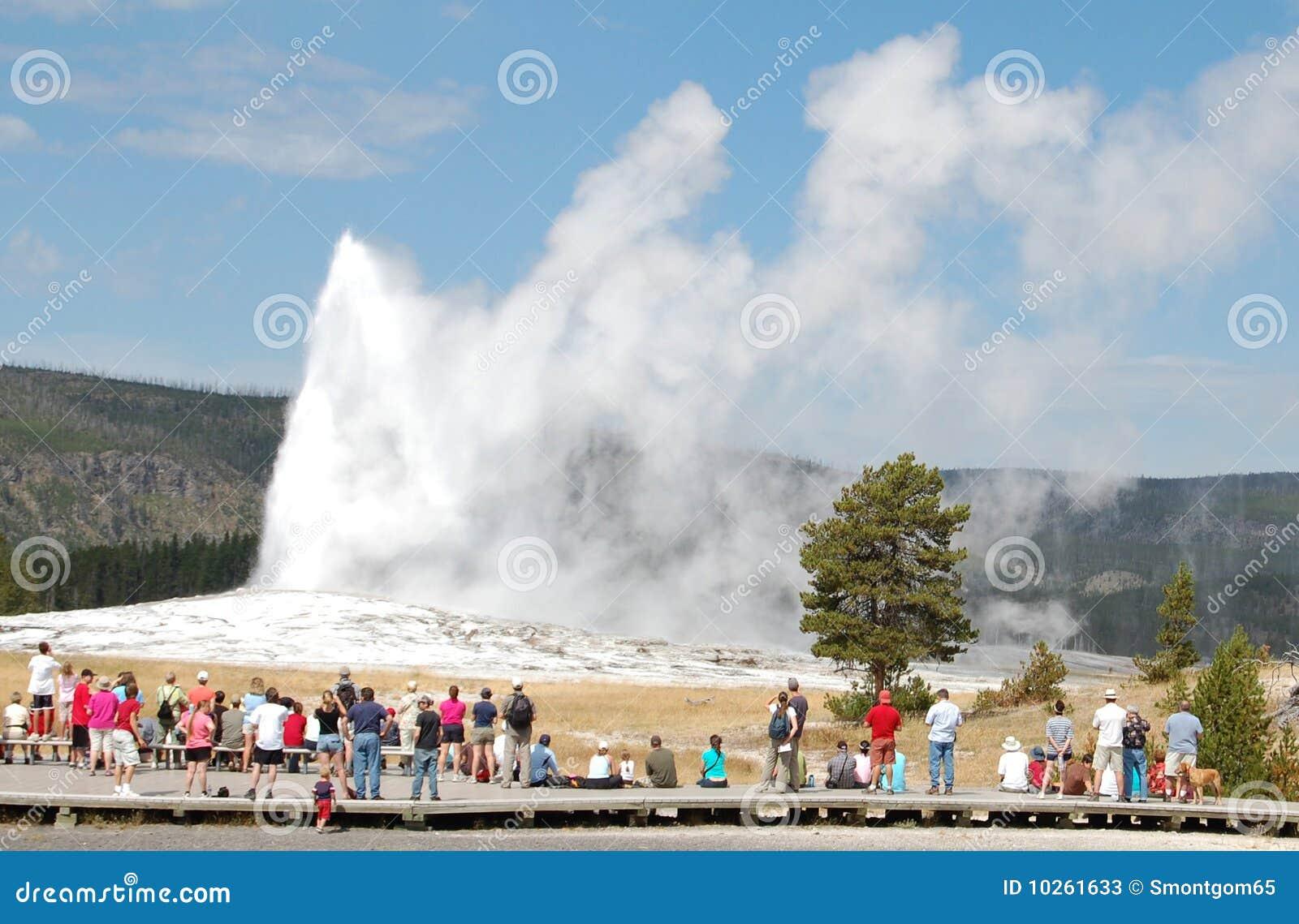 Yellowstone - het Oude Gelovige losbarsten, menigte