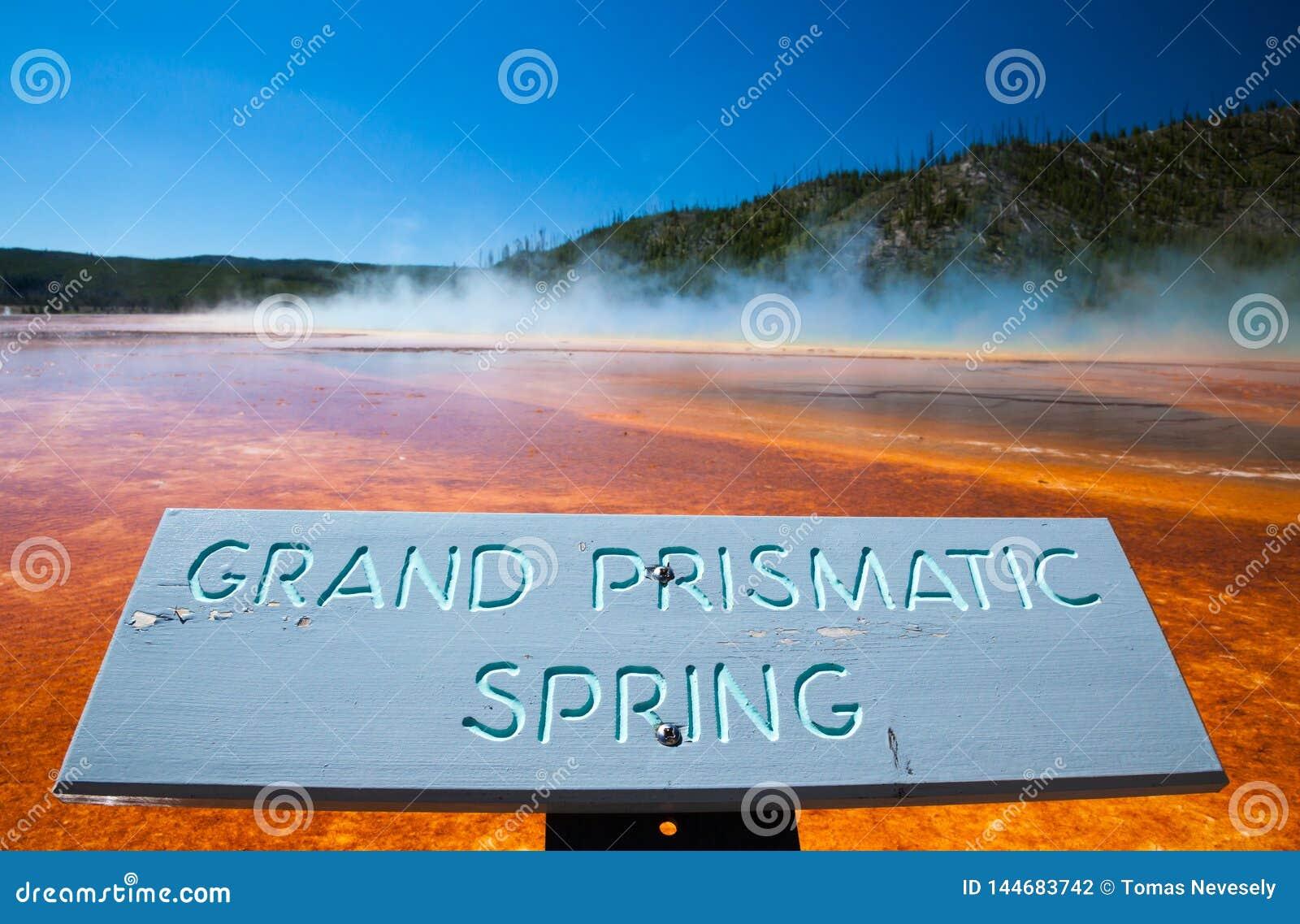 YELLOWSTONE NP, WYOMING, U.S.A. - 2 LUGLIO 2011: La grande primavera prismatica nel parco nazionale di Yellowstone