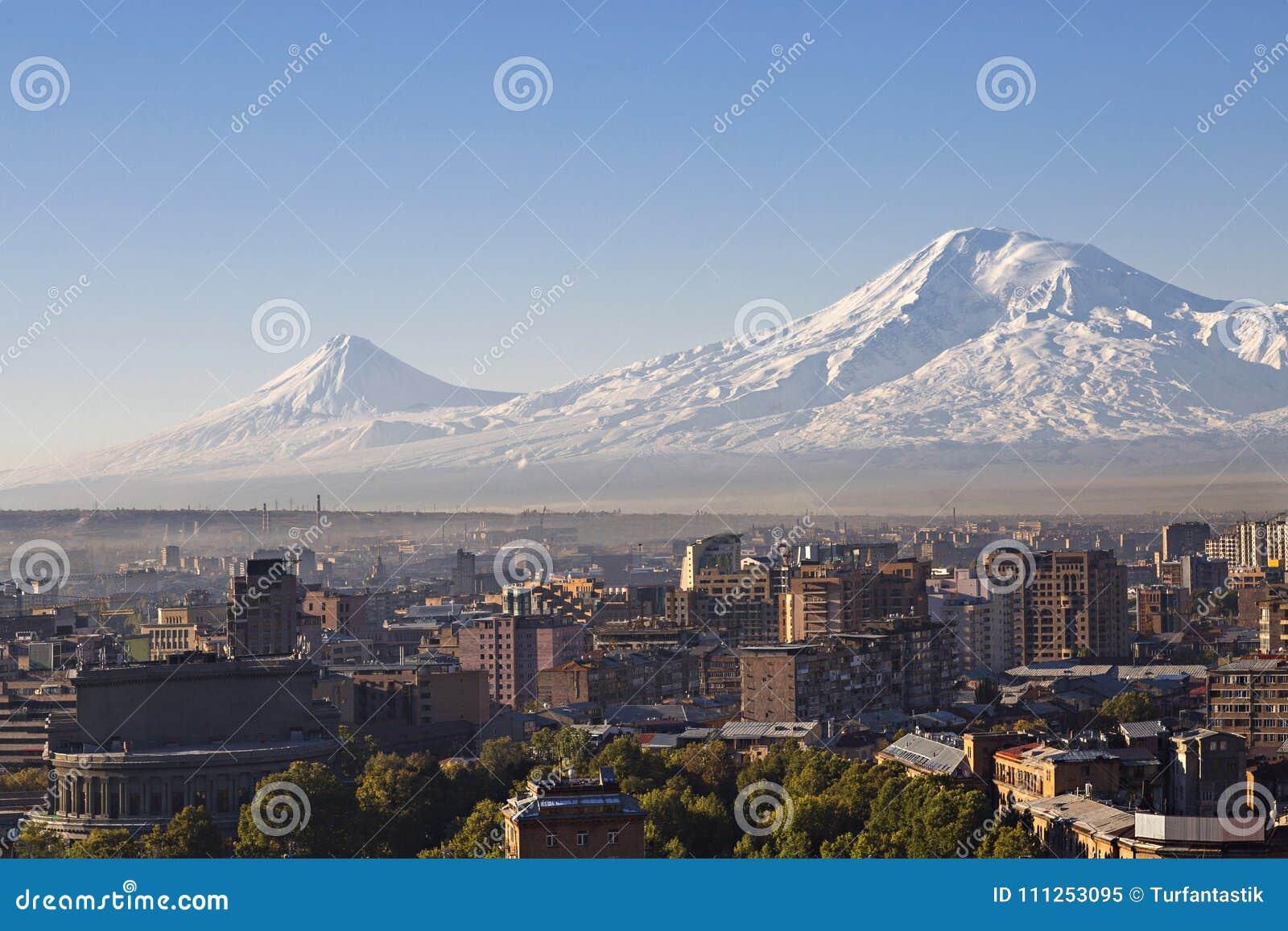 Yerevan huvudstad av Armenien på soluppgången med de två maxima av Mountet Ararat på bakgrunden