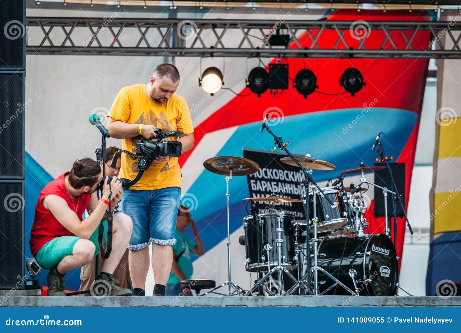 Yessentuki, territoire de Stavropol/Russie - 12 août 2017 : le videographer tire la vidéo au concert sur l étape dehors