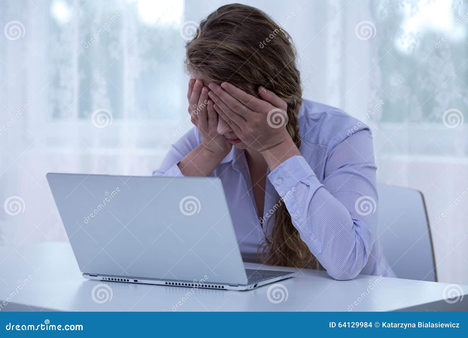 Yeux cyberbullying de bâche de victime de désespoir
