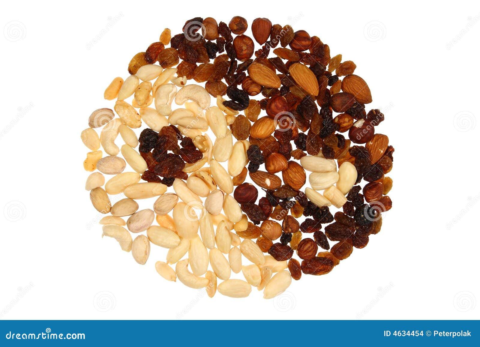 Yin & Yang fatti delle noci e dell uva passa; isolato