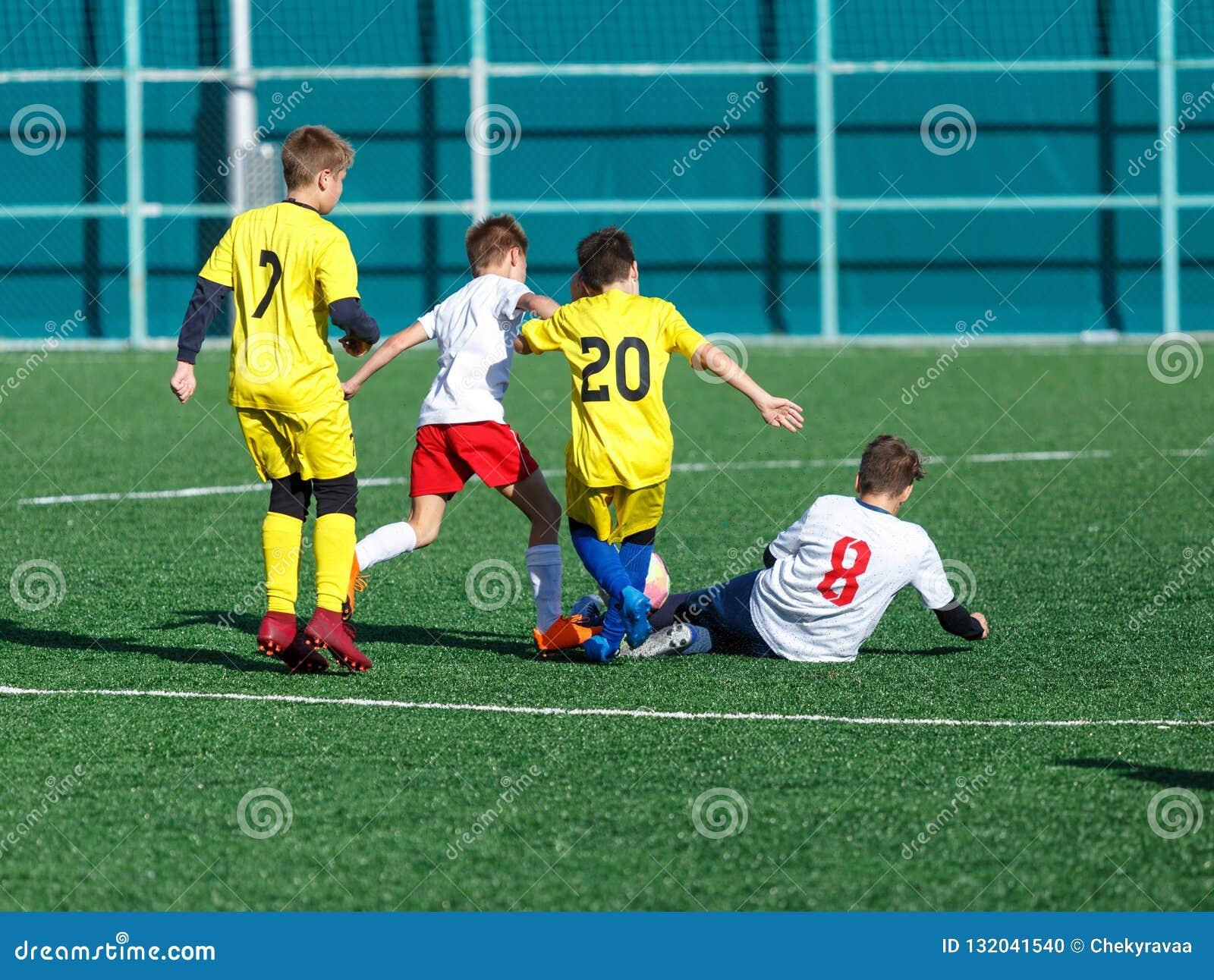 Yngre fotbollsmatch Fotbolllek för ungdomspelare E Fotbollsarena