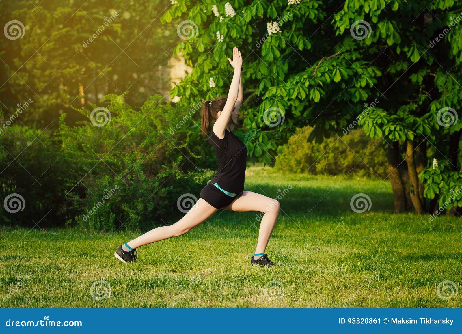 Yoga al tramonto nel parco