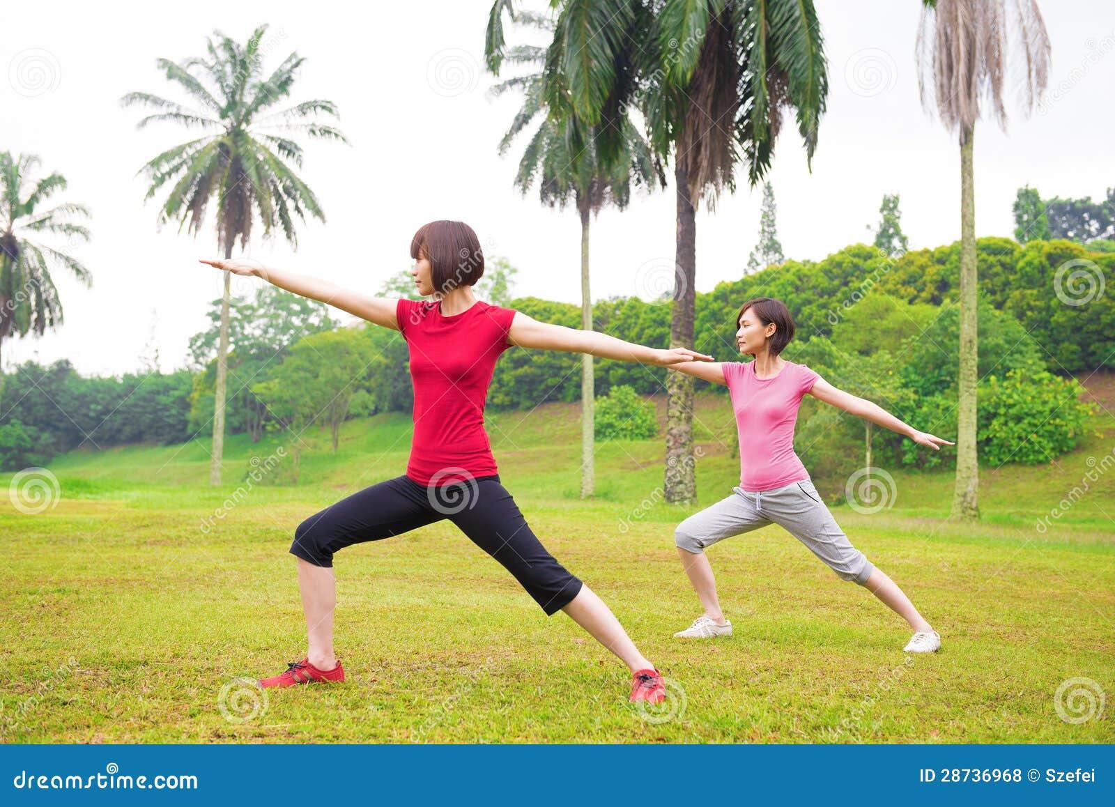 Yoga asiatica delle ragazze all aperto