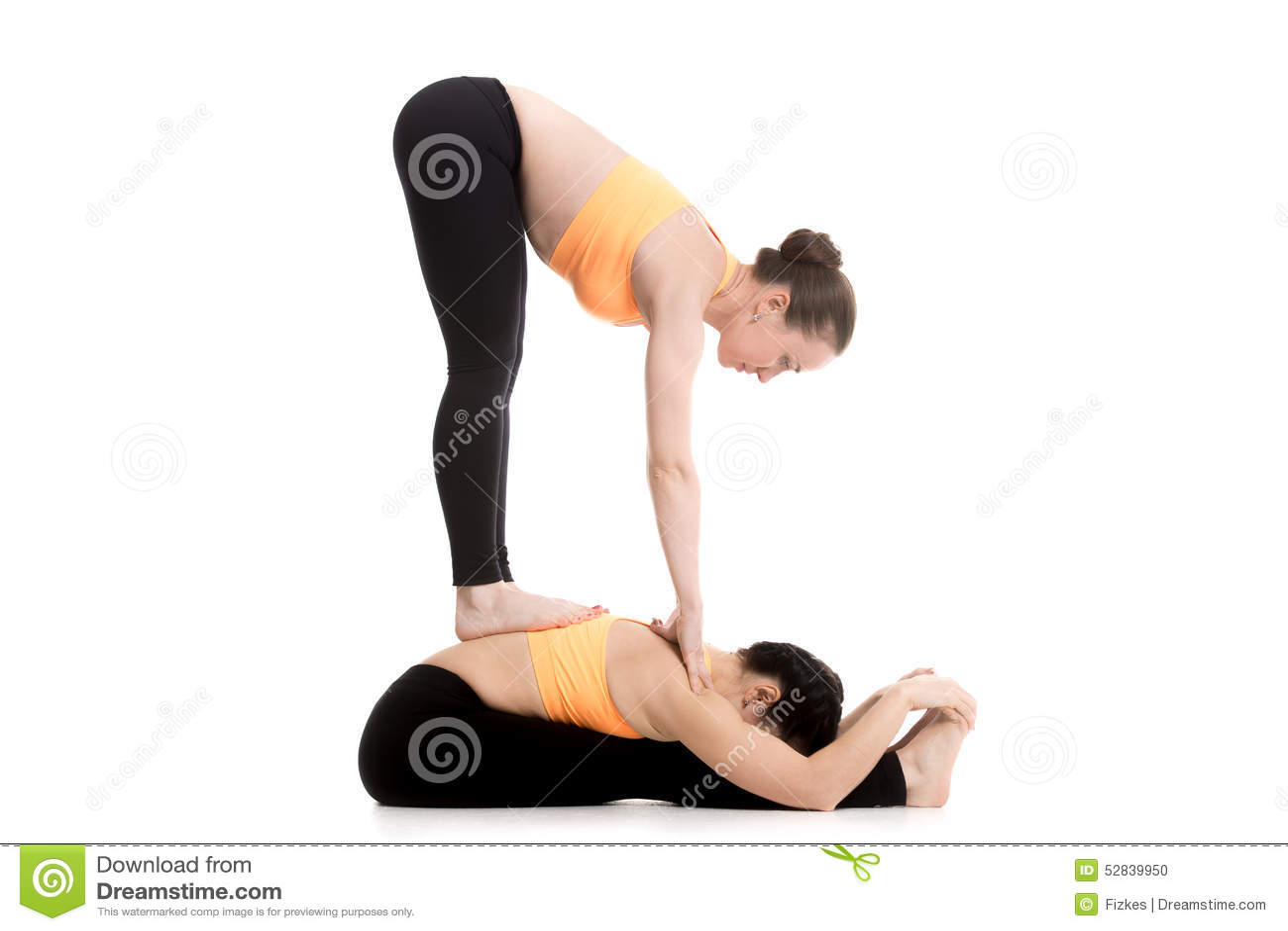 yoga avec la courbure en avant d 39 associ pos et de position photo stock image 52839950. Black Bedroom Furniture Sets. Home Design Ideas