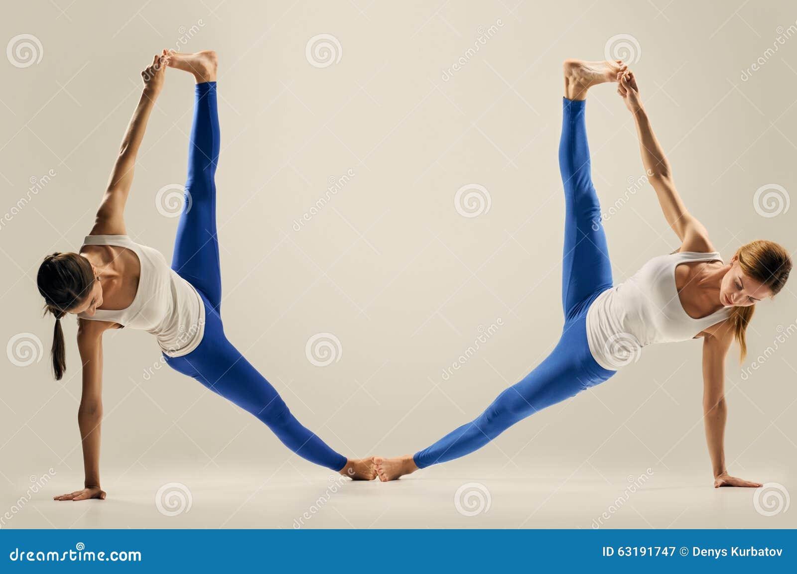 Turbo Yoga Dans Les Paires Figure Les Fentes Photo stock - Image: 63191747 NU86
