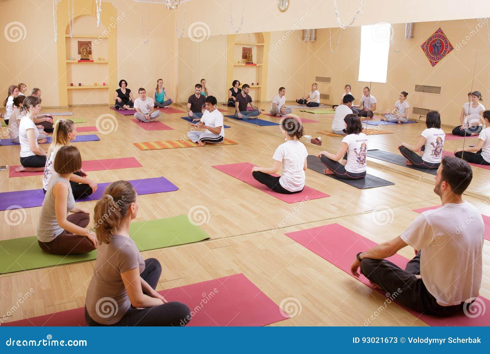 Yoga de la clase del ejercicio de la gente de la diversidad