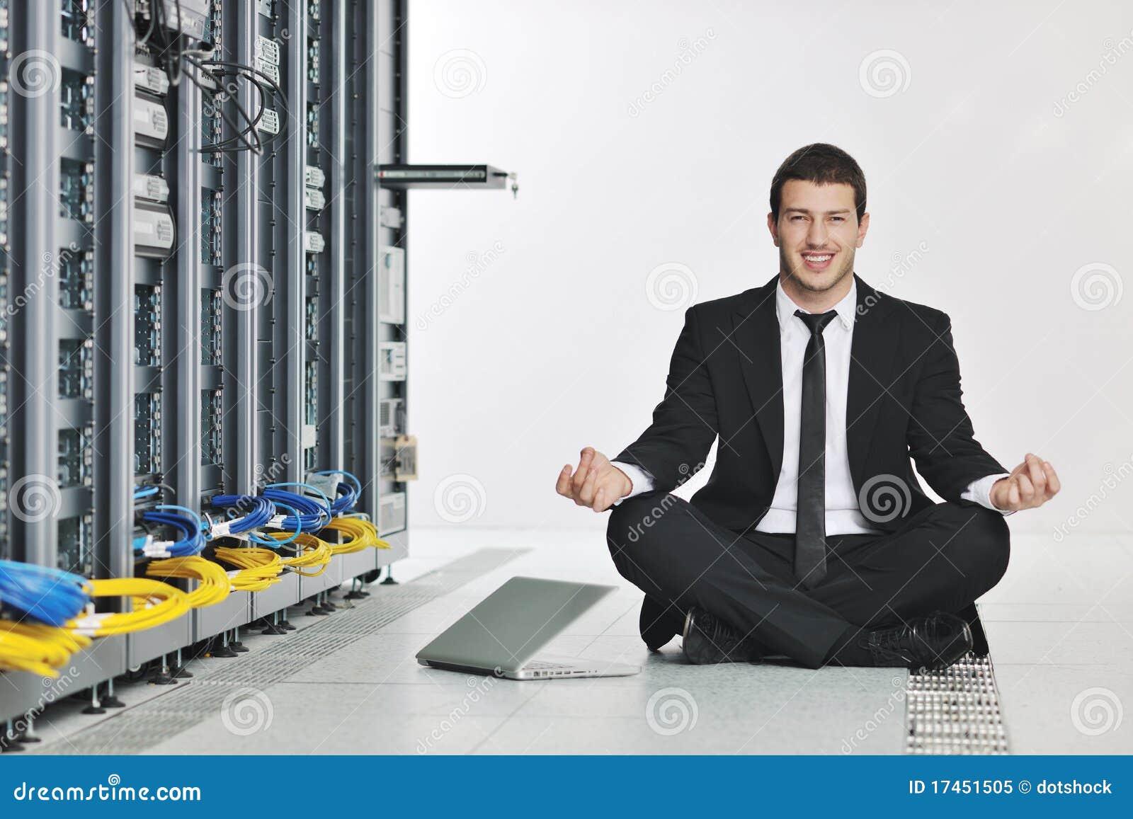 Yoga de la práctica del hombre de negocios en el sitio de servidor de red