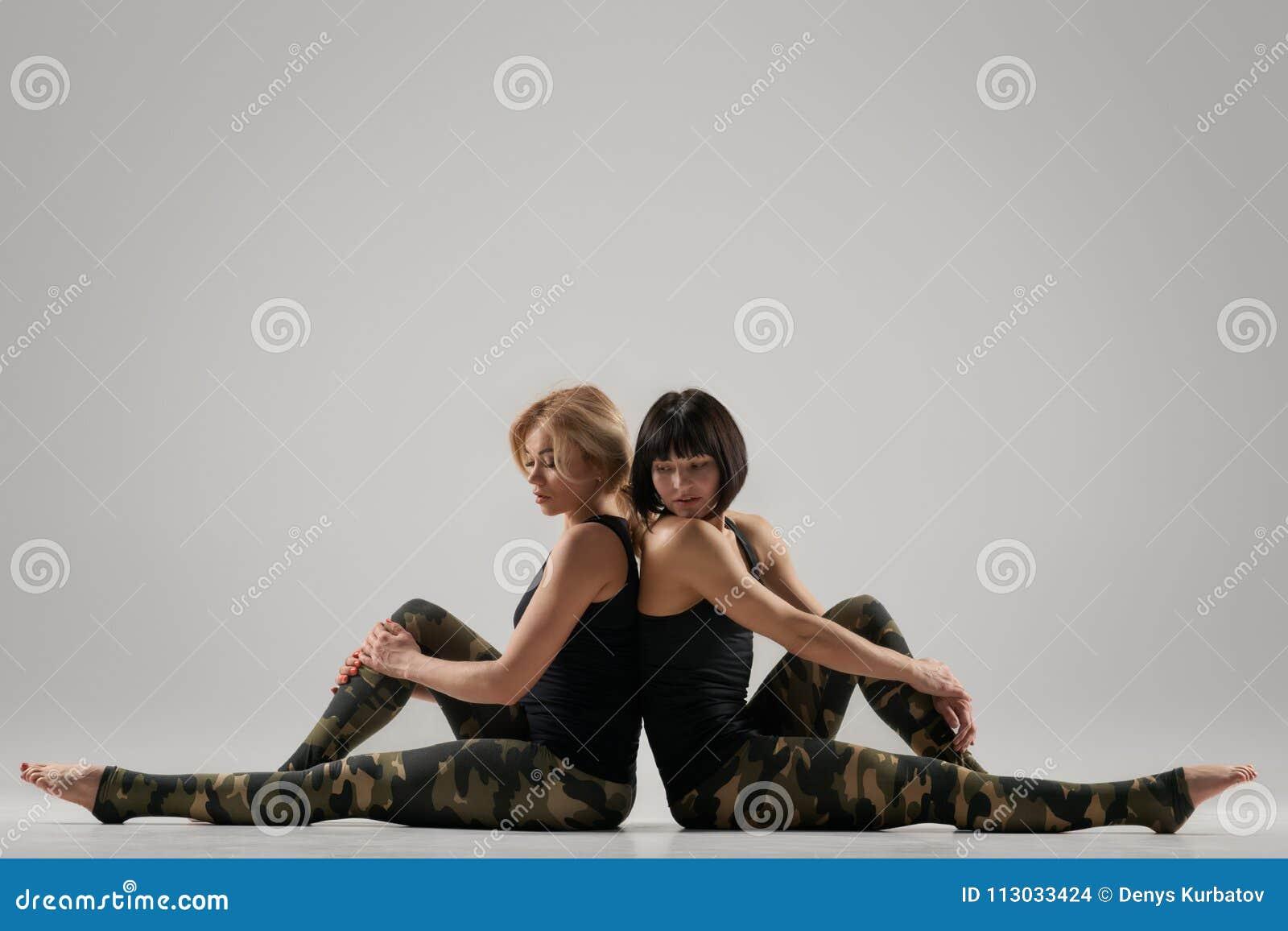 Yoga de las mujeres que entrena junto