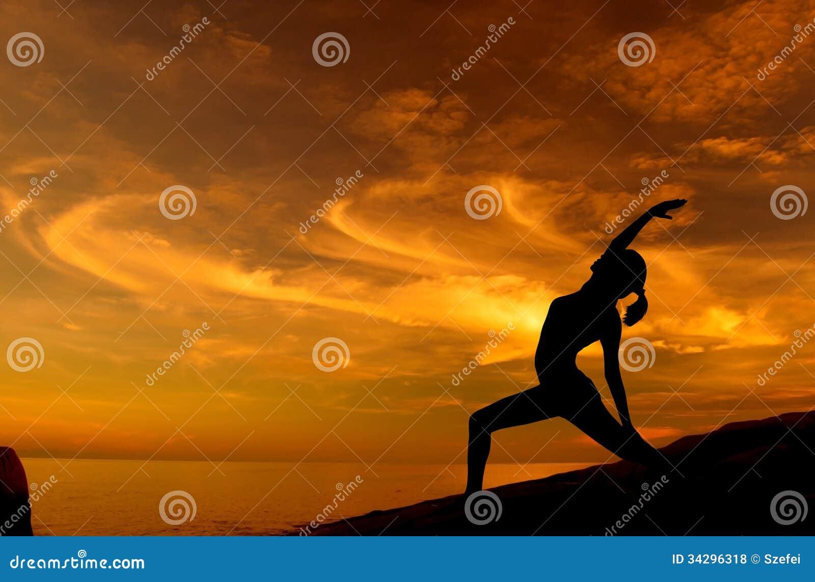 Yoga de lever de soleil à la plage
