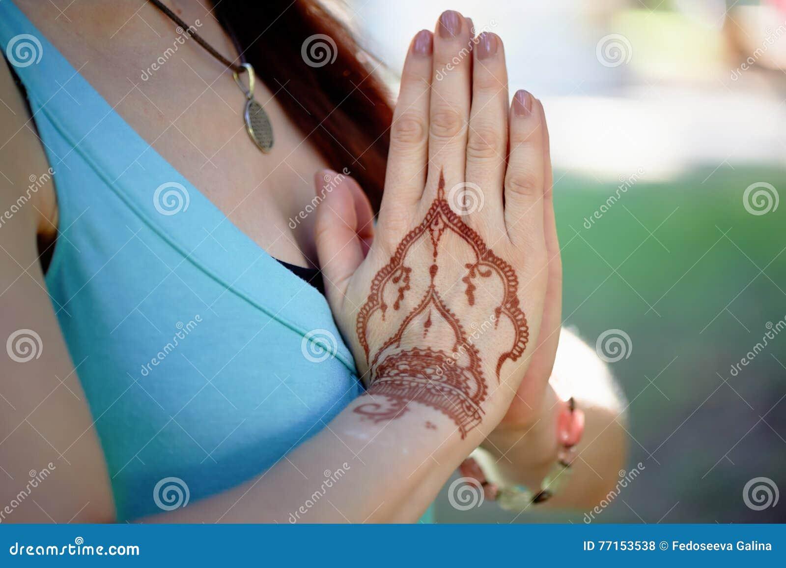 Yoga de main avec le mehendi brun de henné harmonie