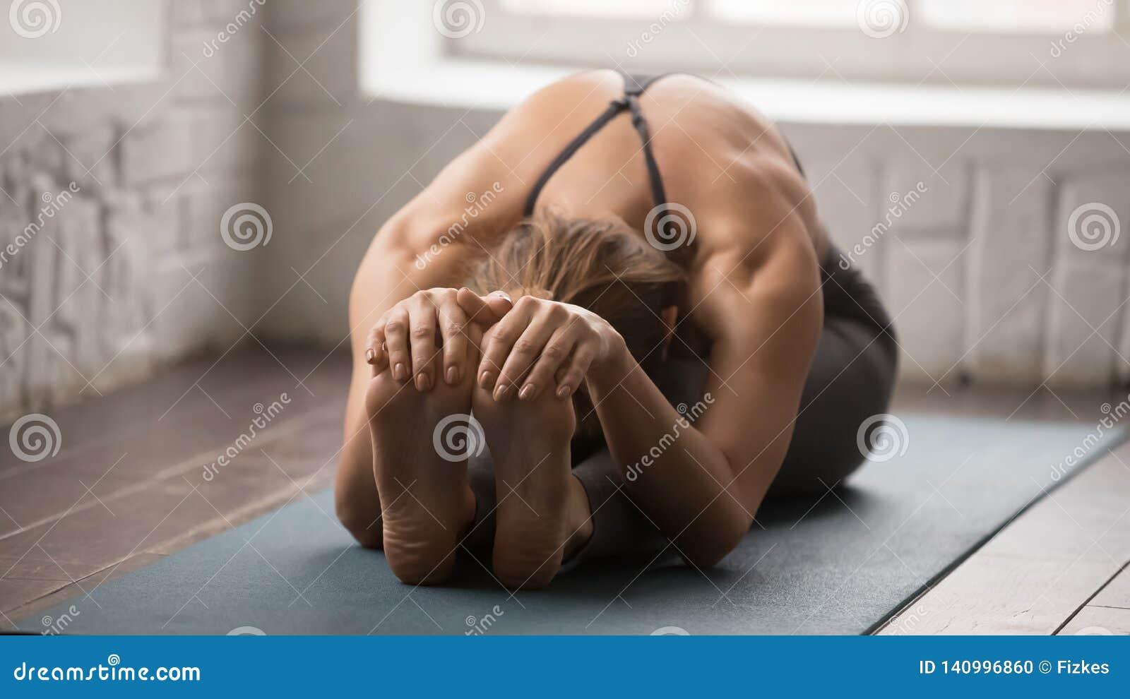 Yoga de pratique de belle femme, pose en avant posée de courbure, paschimottanasana