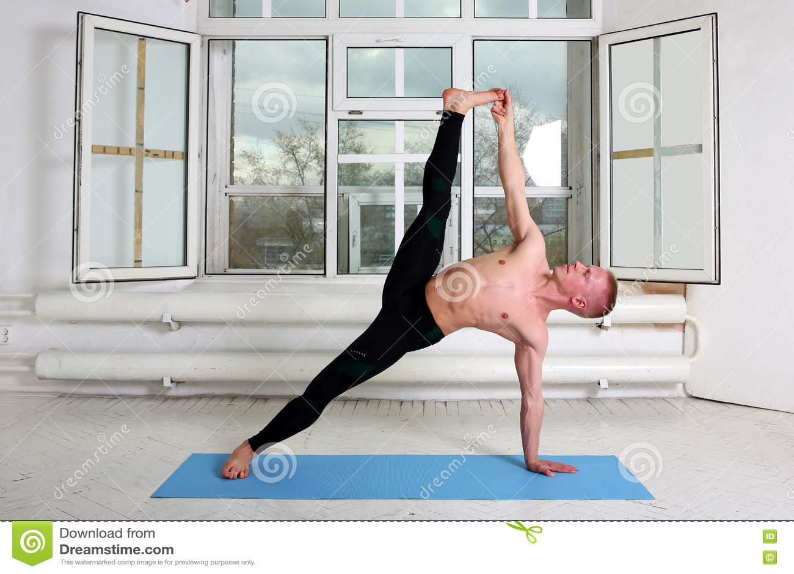 Yoga De Pratique D Homme Sportif Planche Laterale Photo Stock Image Du Pratique Yoga 75139670