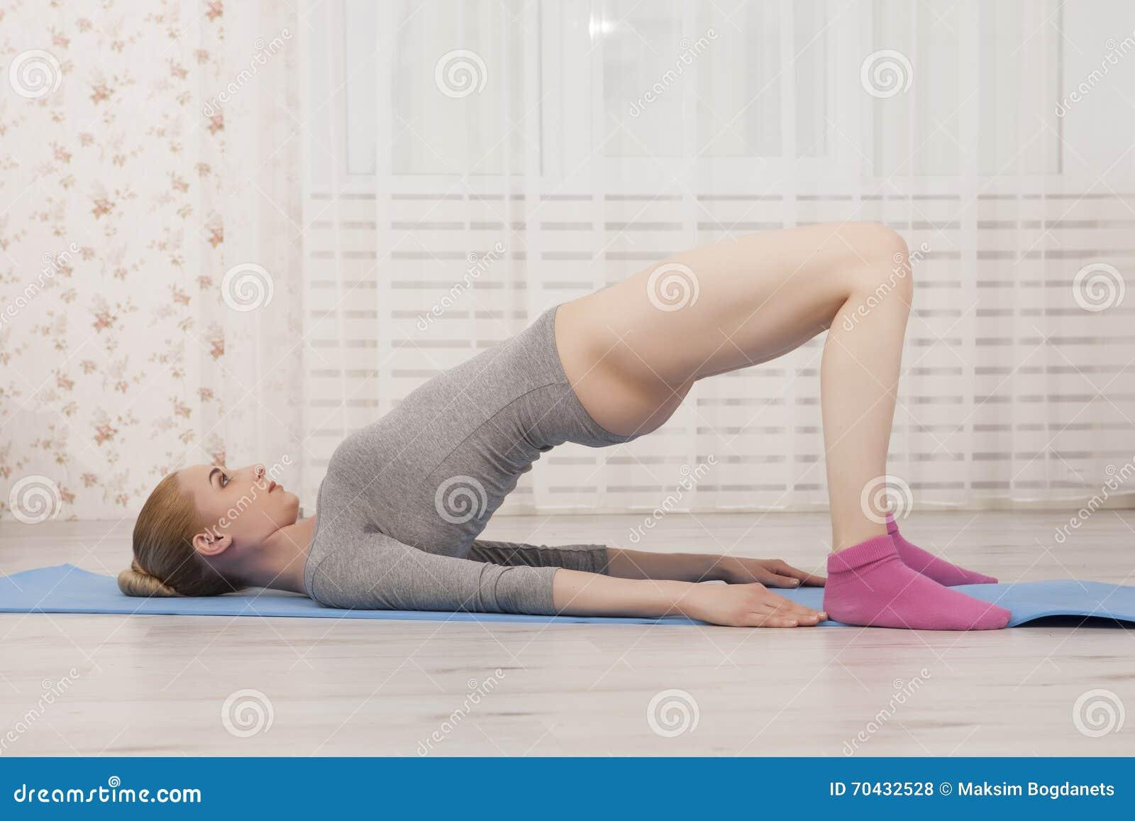 Yoga de pratique de belle femme blonde s 39 tendant la for Rosy dans 7 a la maison