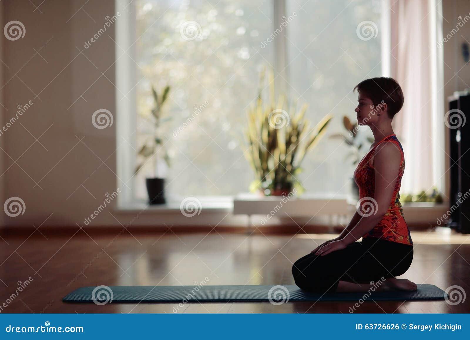 Yoga de pratique de jeune femme