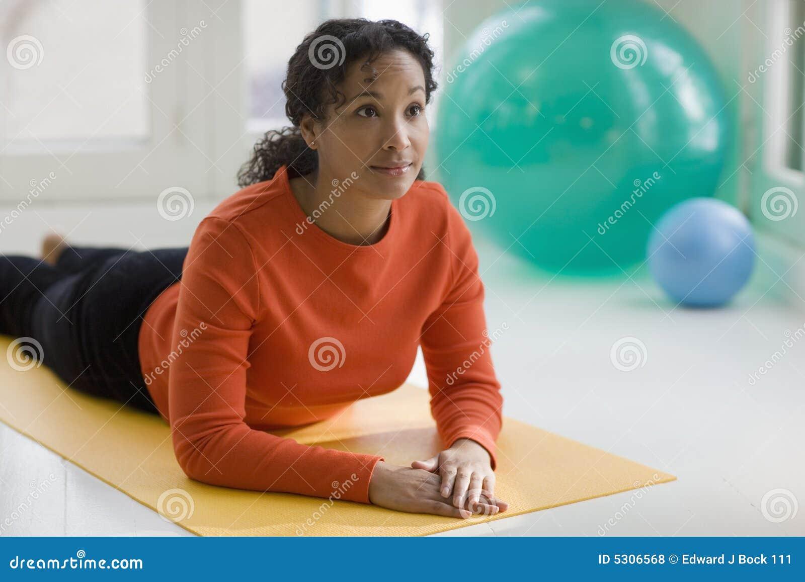 Yoga de pratique de jolie femme de couleur