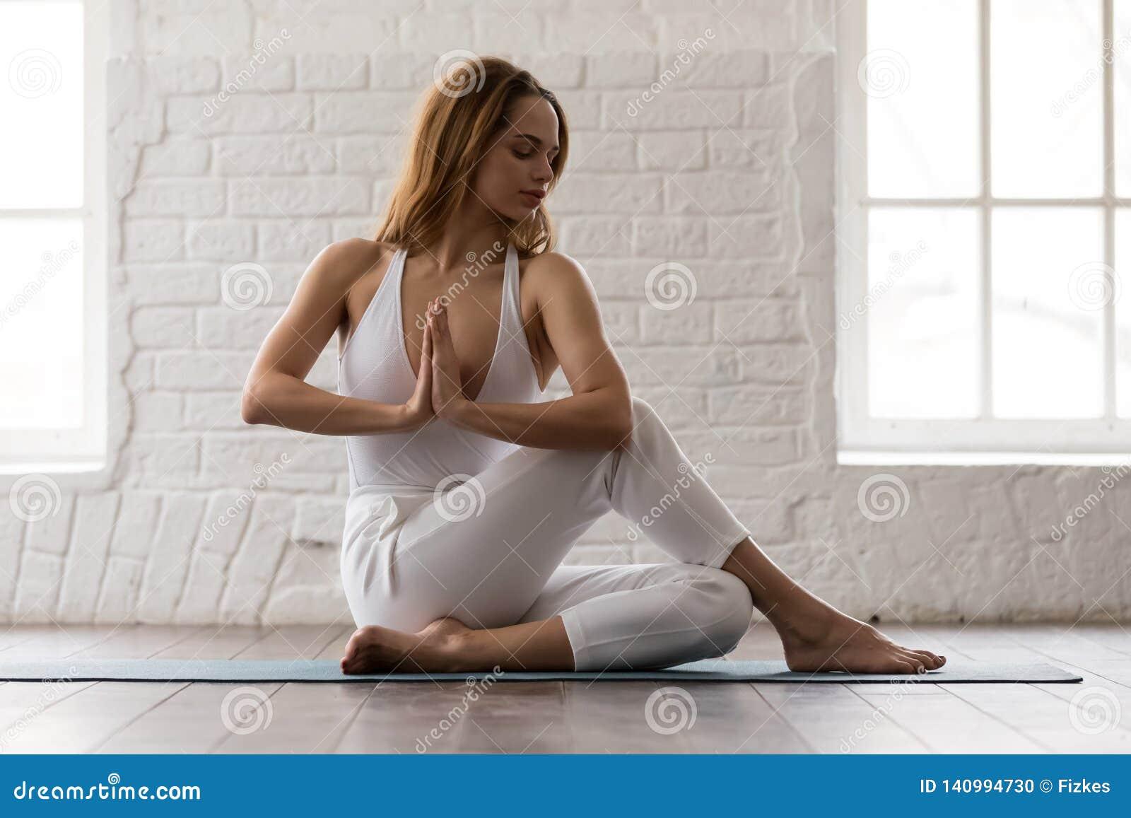Yoga de pratique de femme sportive, se reposant dans la pose d Ardha Matsyendrasana