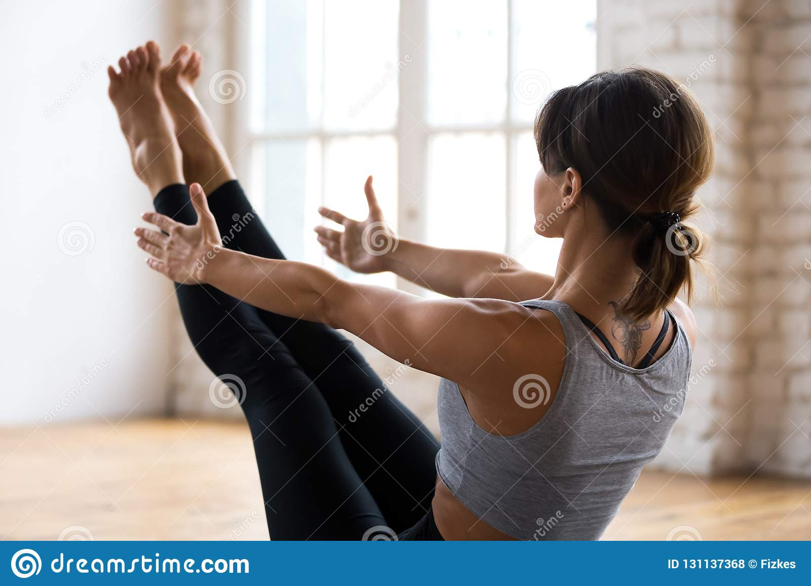 Yoga de pratique de jeune femme attirante sportive, Paripurna Navasan