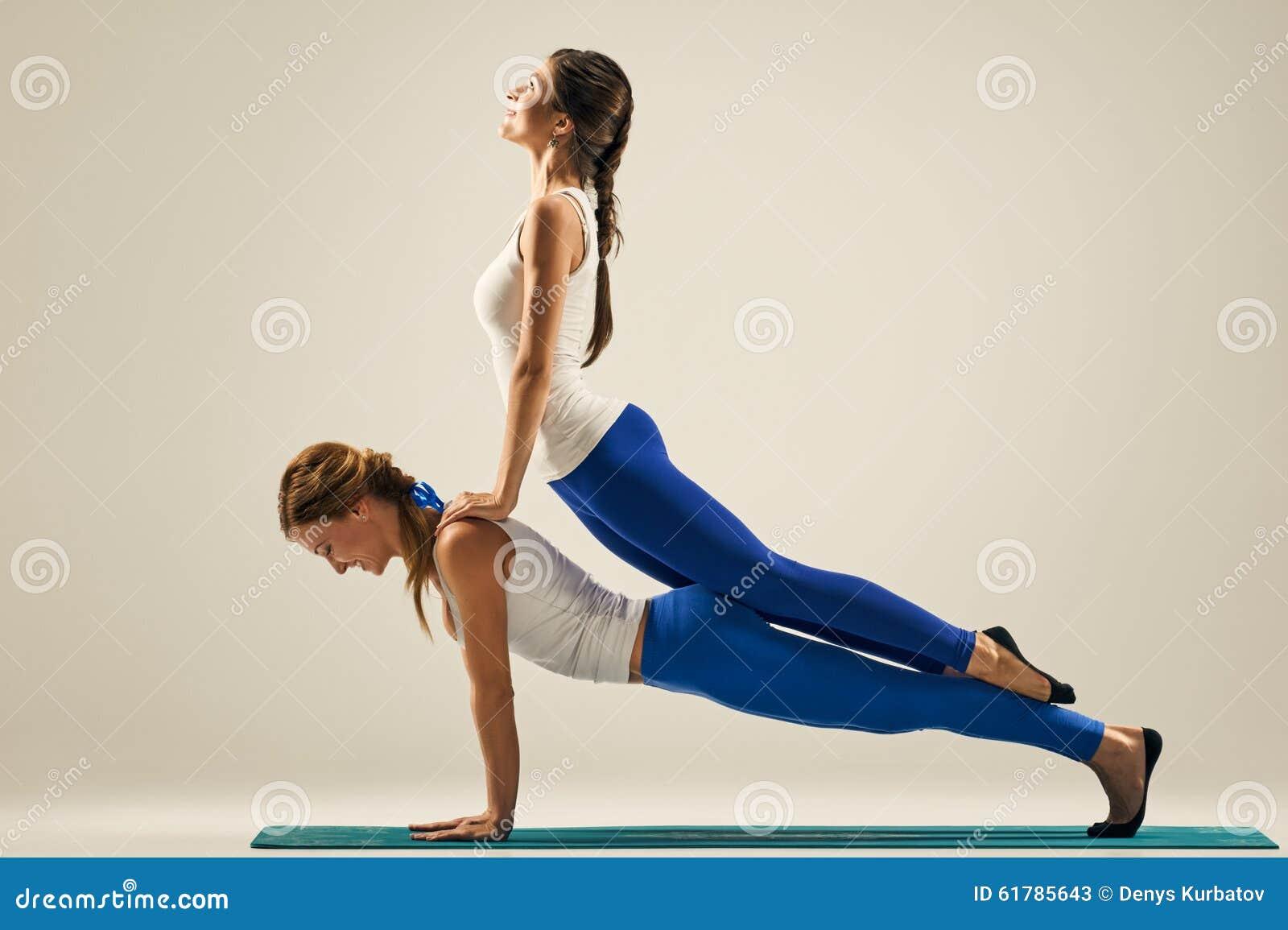 Yoga In Den Paaren Auf Boden Stockbild Bild Von Fachmann