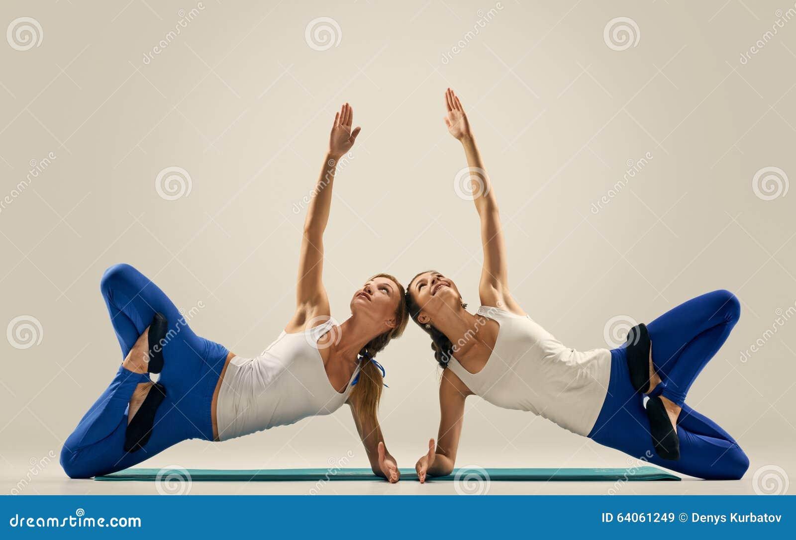 Yoga In Den Paaren Frauen Duo Balance Auf Boden Stockbild Bild Von