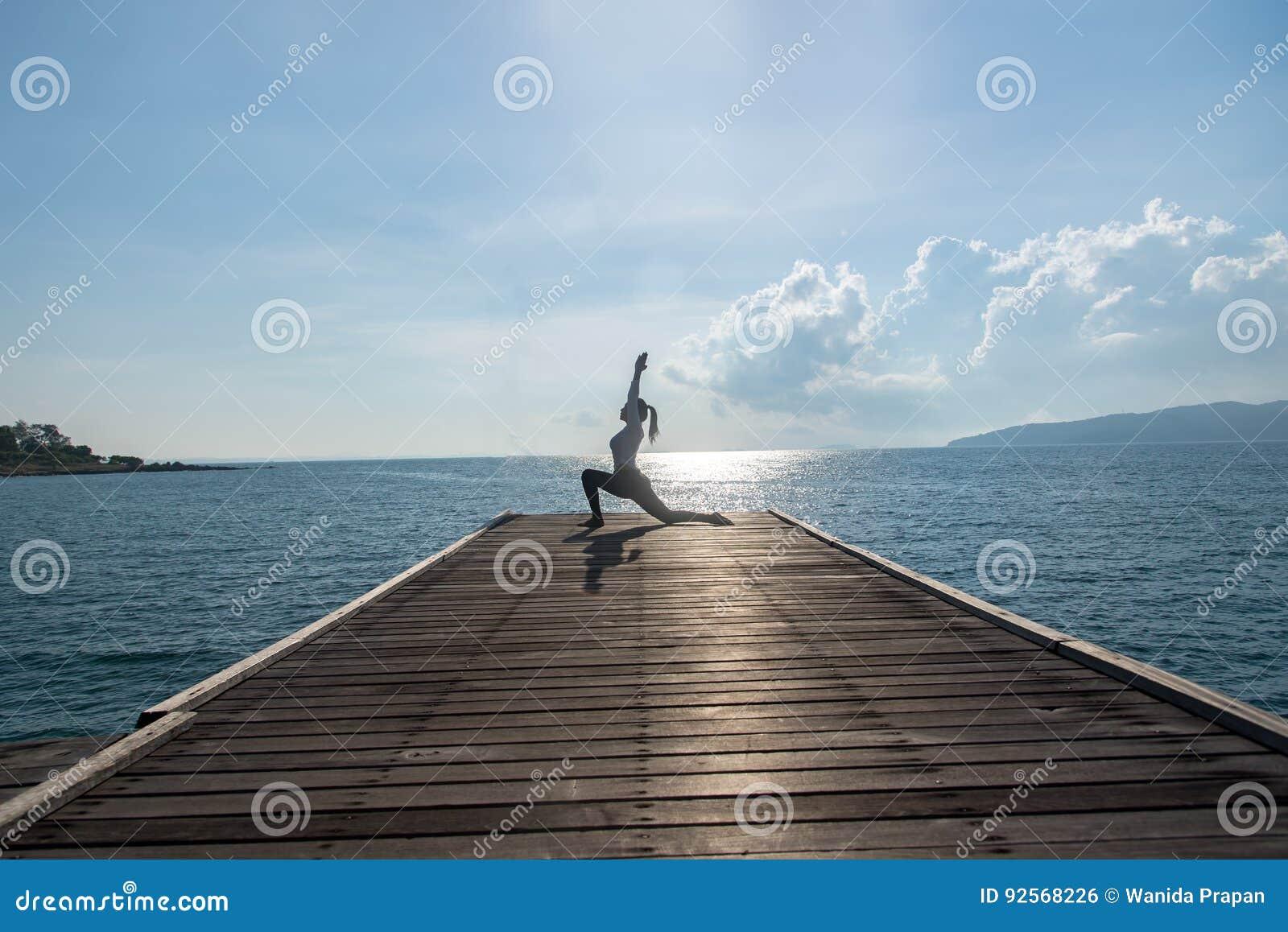 Yoga di pratica della donna caucasica