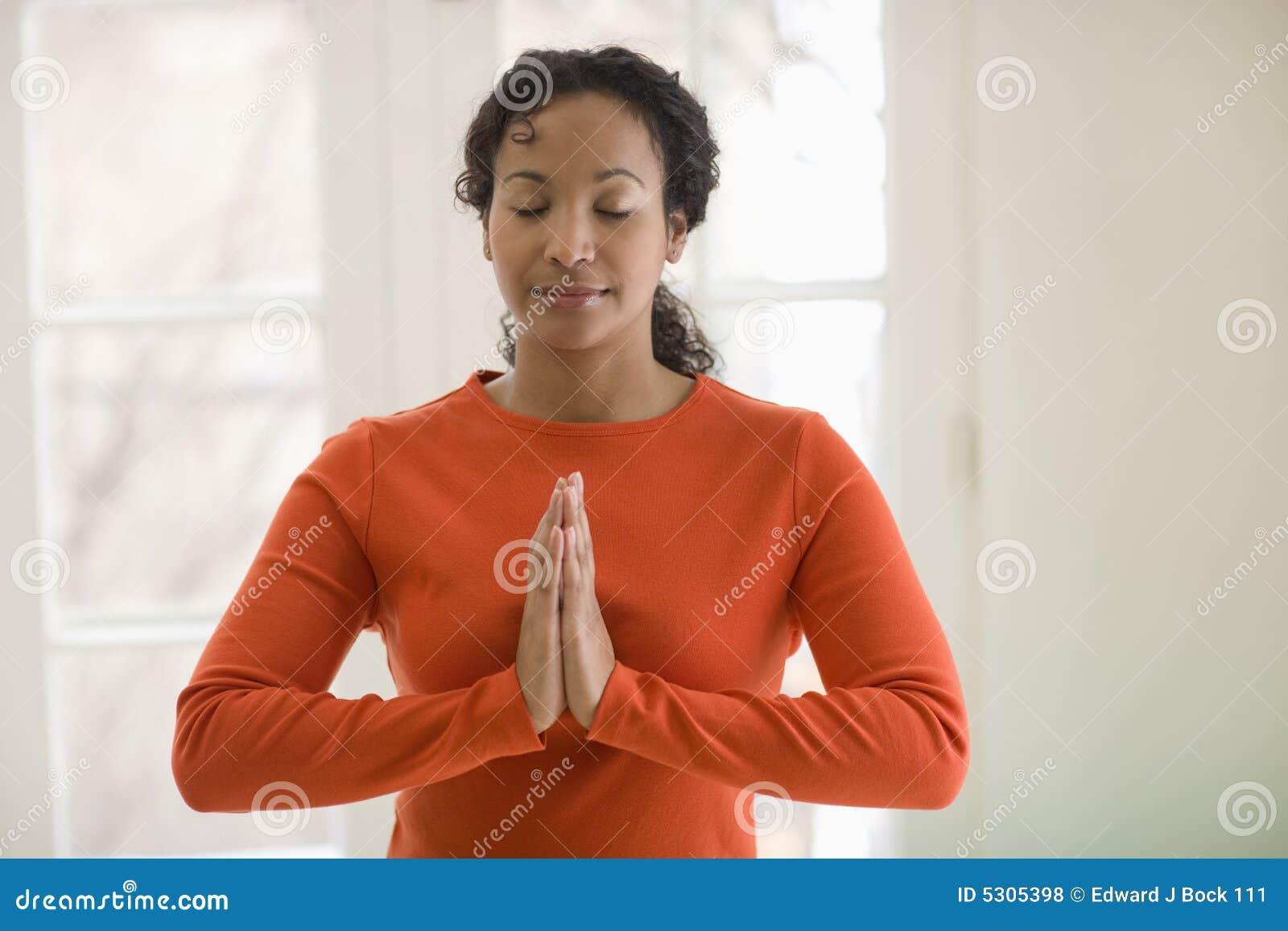 Download Yoga Di Pratica Della Donna Di Colore Graziosa Fotografia Stock - Immagine di mani, sforzo: 5305398