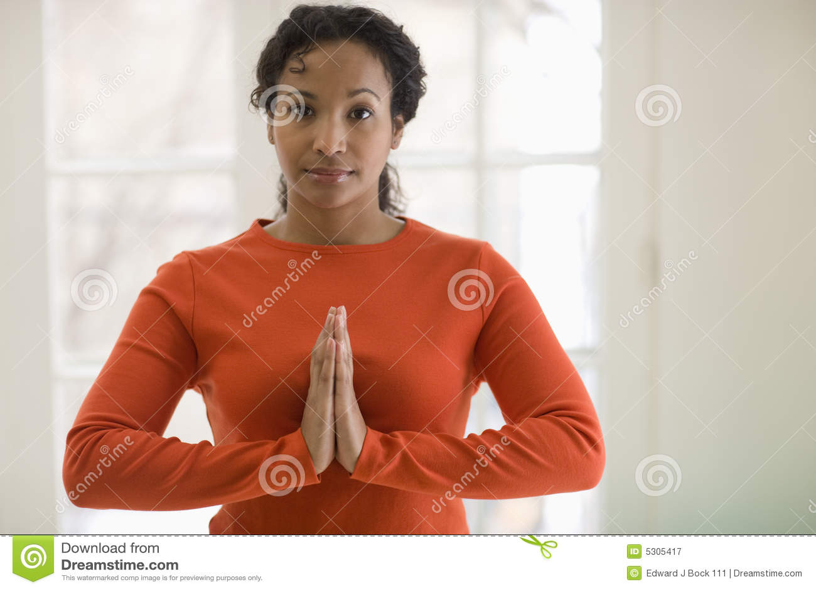 Download Yoga Di Pratica Della Donna Di Colore Graziosa Immagine Stock - Immagine di tolleranza, mezzo: 5305417