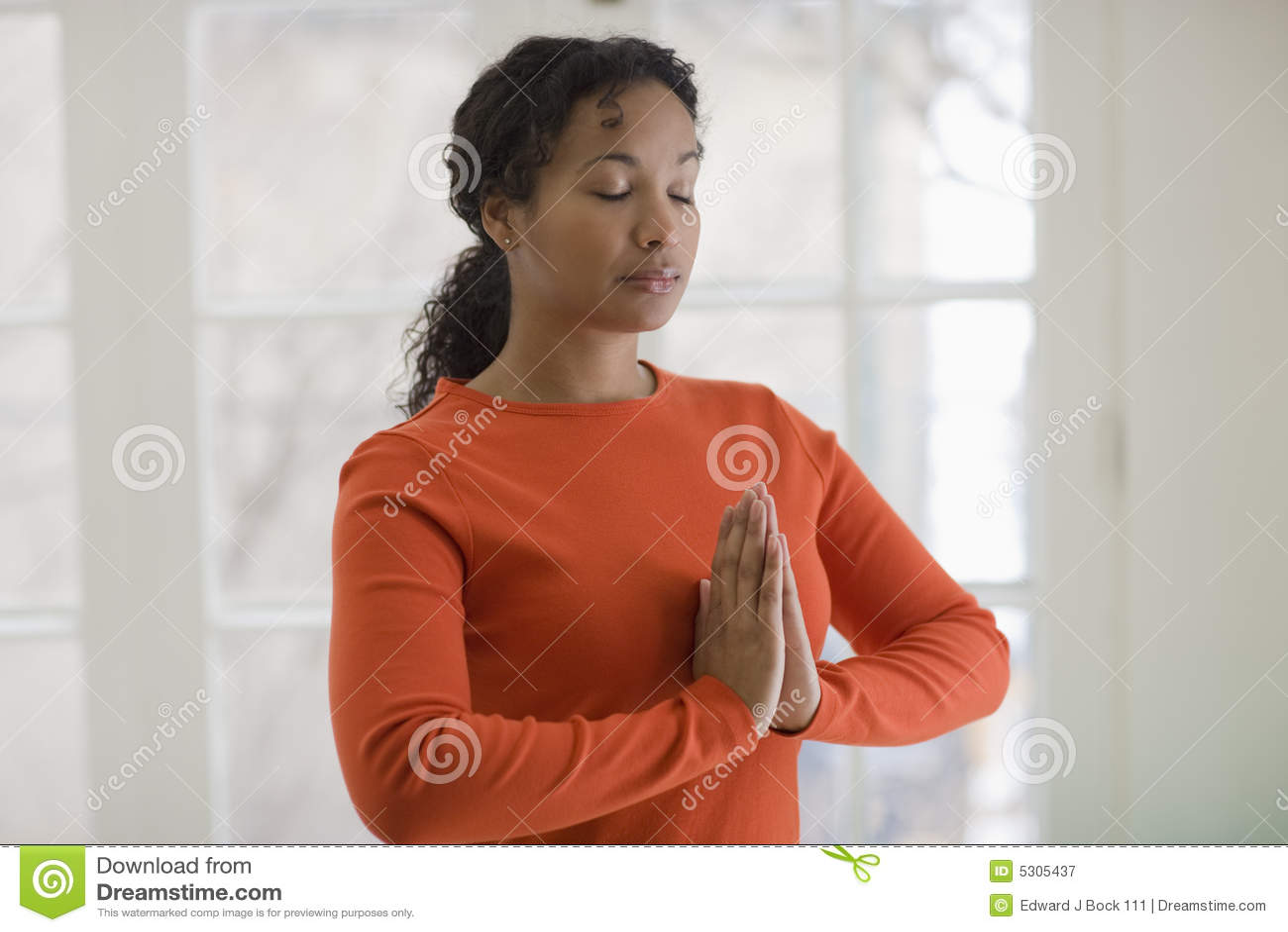 Download Yoga Di Pratica Della Donna Di Colore Graziosa Immagine Stock - Immagine di domestico, holistic: 5305437