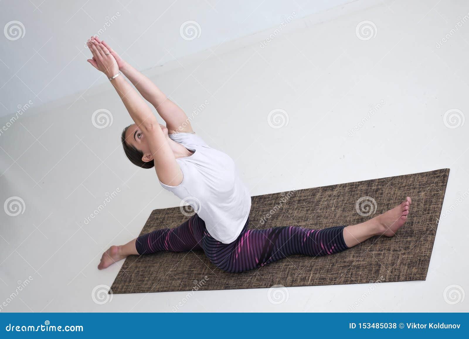 Yoga di pratica della donna matura europea che fa Hanumanasana