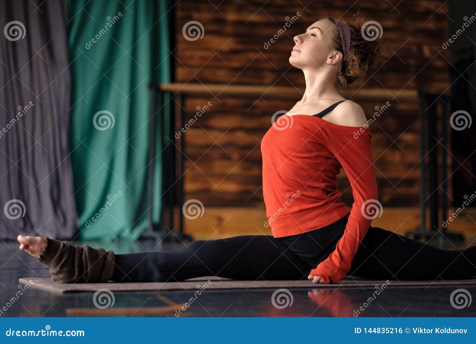 Yoga Di Pratica Della Donna Riccia, Facente Esercizio Di Dio Della ...