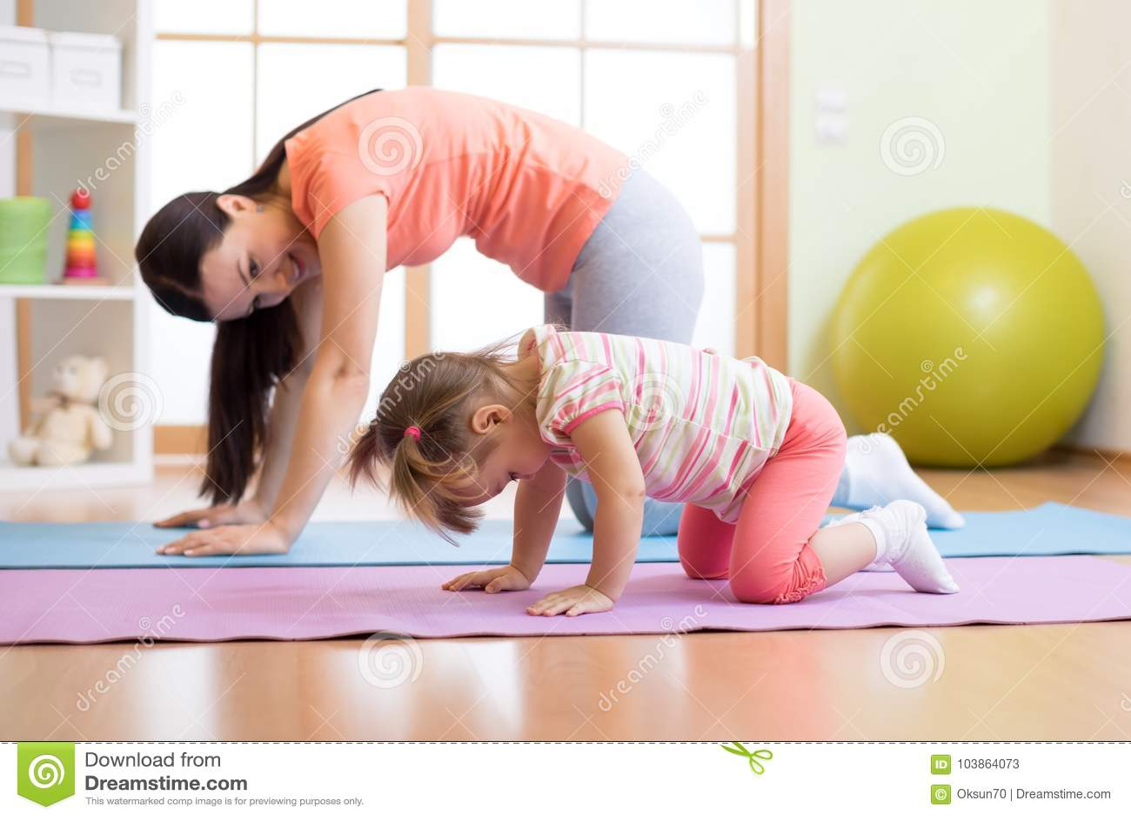 Yoga di pratica della figlia del bambino e della madre insieme a casa Sport e concetto  nucleo familiare