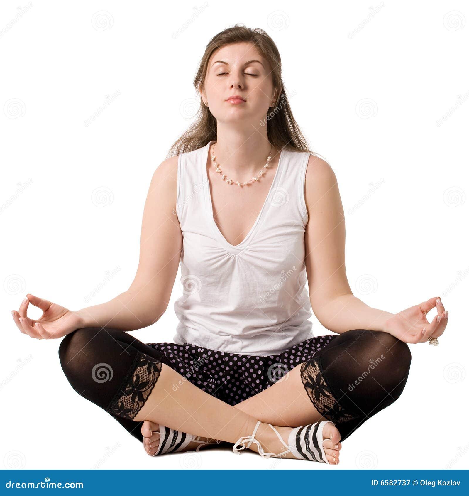 Yoga di pratica della giovane donna