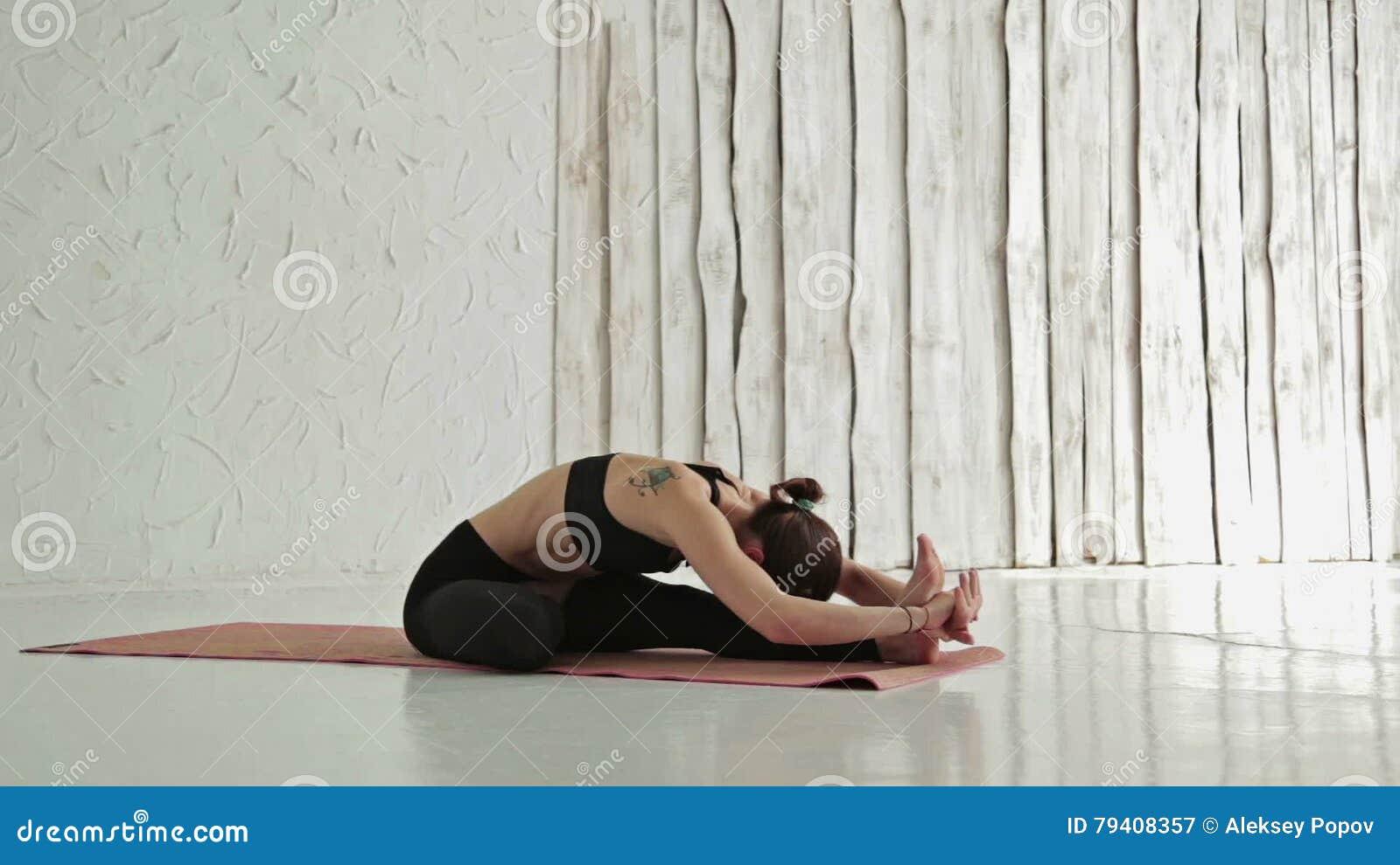 Ufficio Disegno Yoga : Yoga di pratica della giovane donna sportiva sirshasana di janu