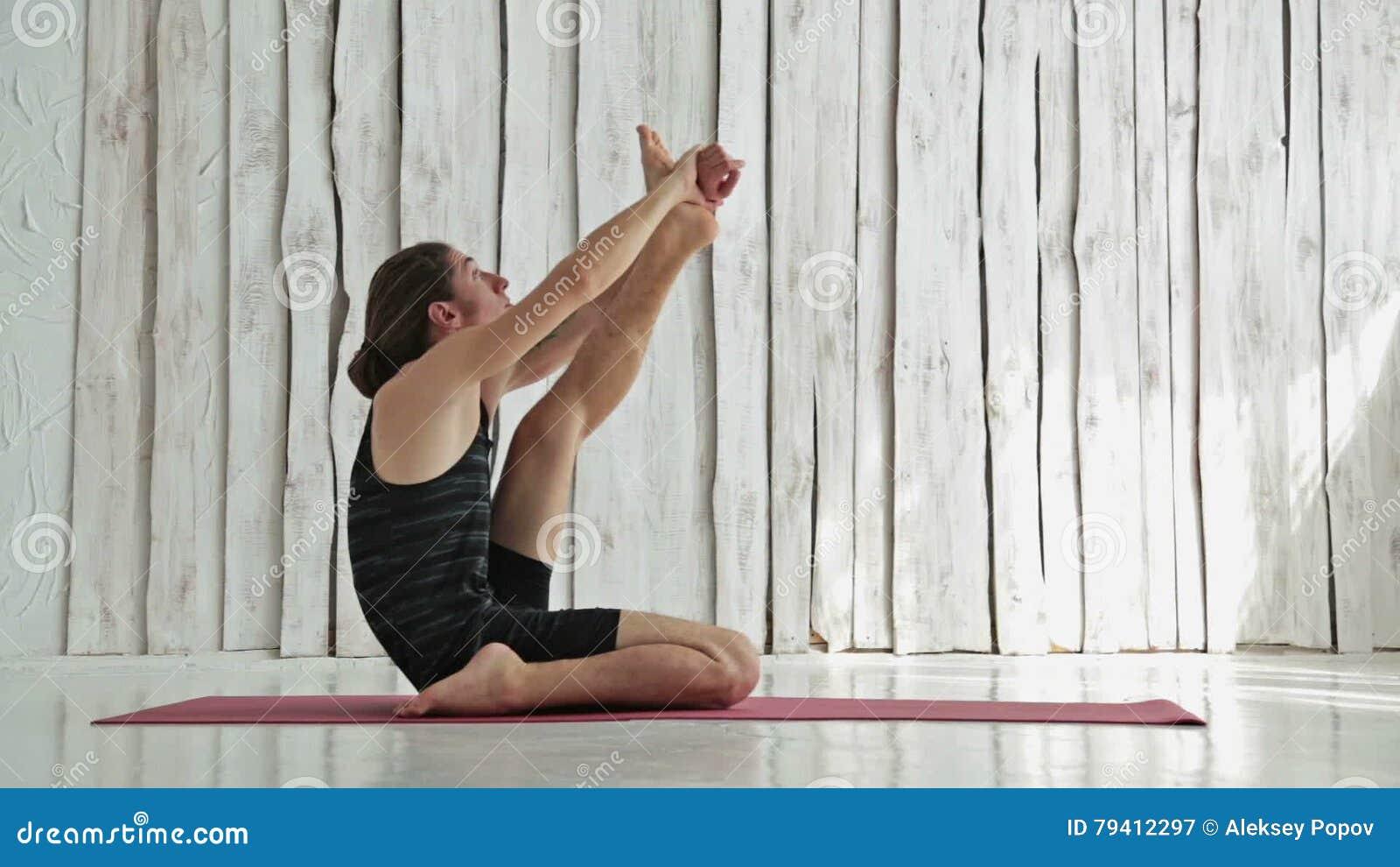 Ufficio Disegno Yoga : Yoga di pratica nello studio di forma fisica posa dellairone