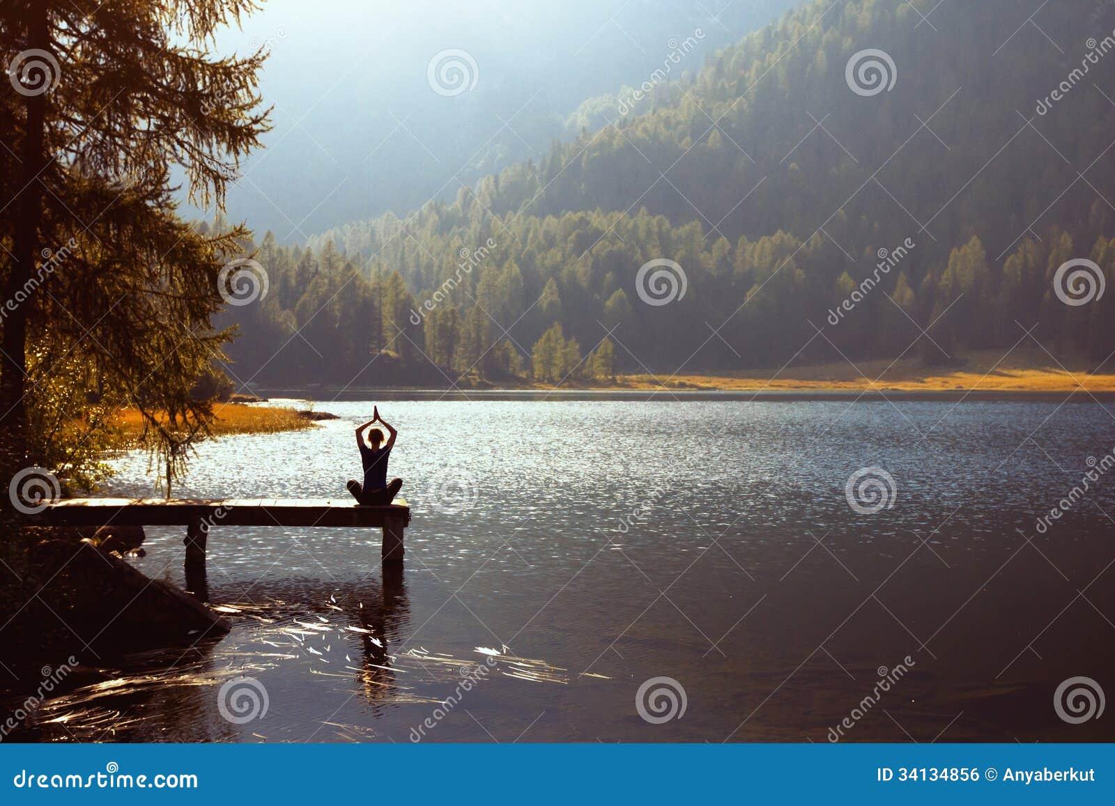 Yoga dichtbij het meer