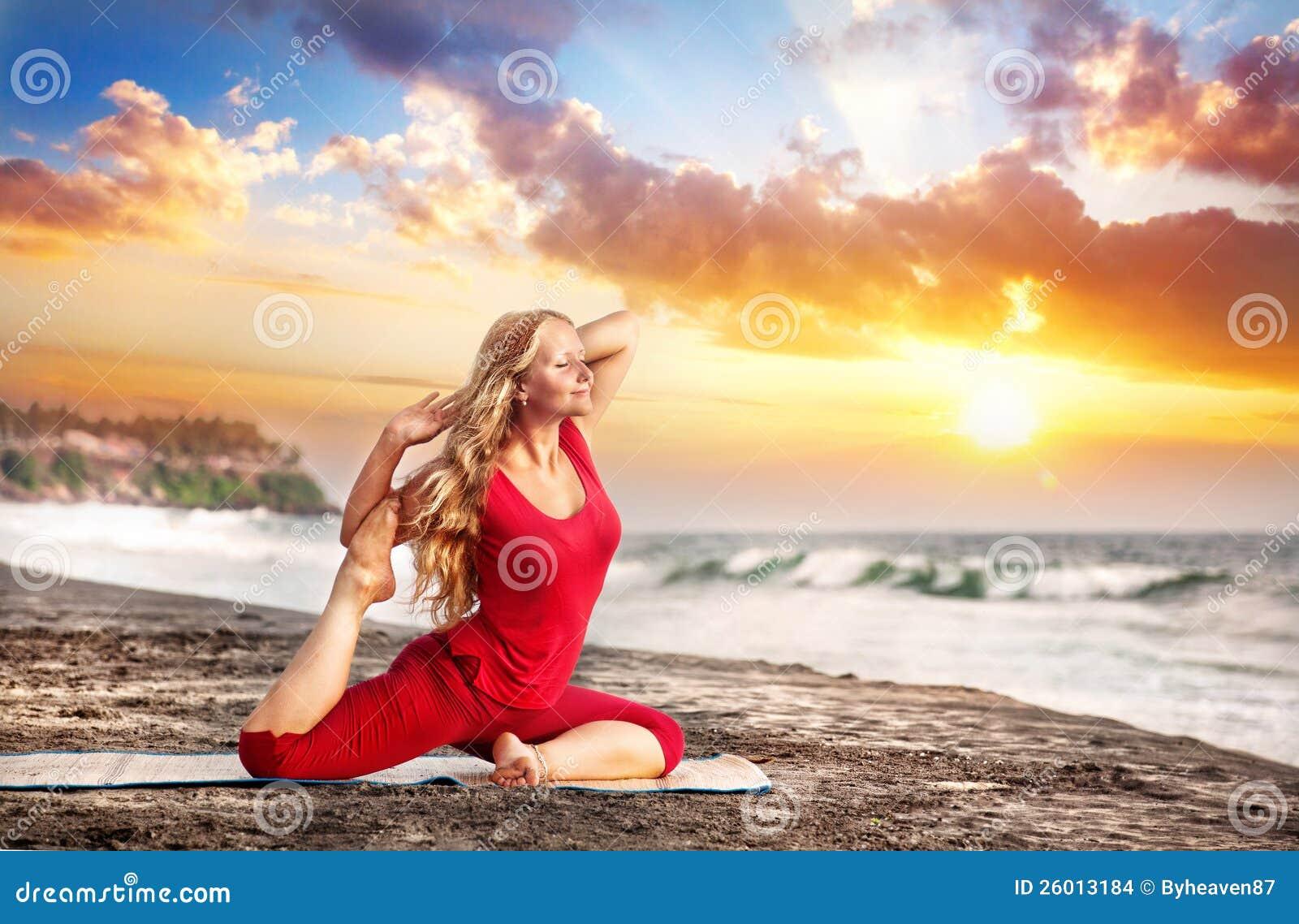 Yoga en la playa de la puesta del sol