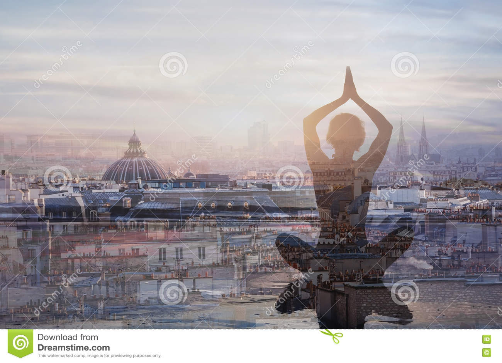 Yoga en meditatie in grote stad, dubbele blootstelling