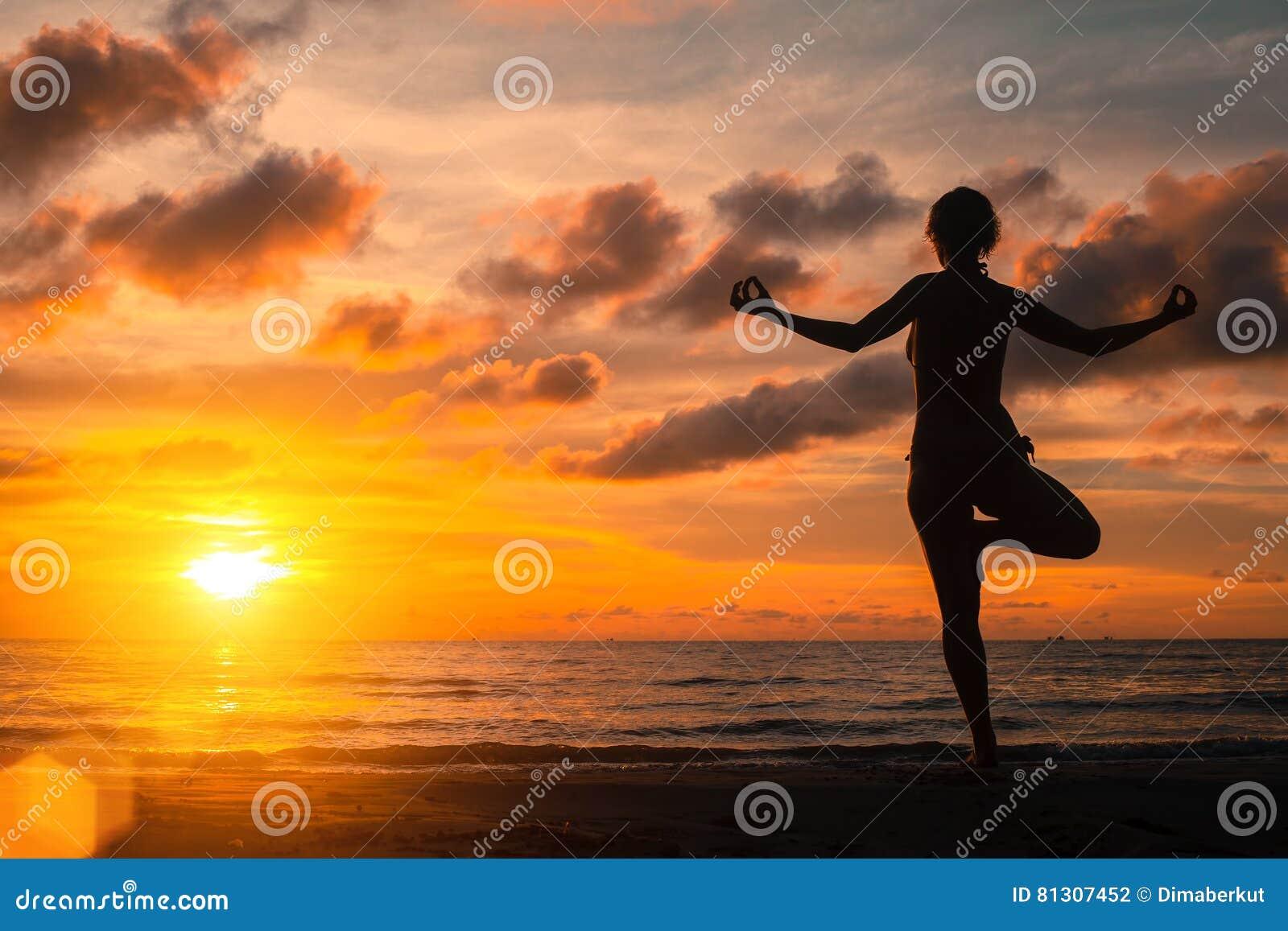 Yoga het praktizeren bij zonsondergang, sereniteit en meditatie ontspan
