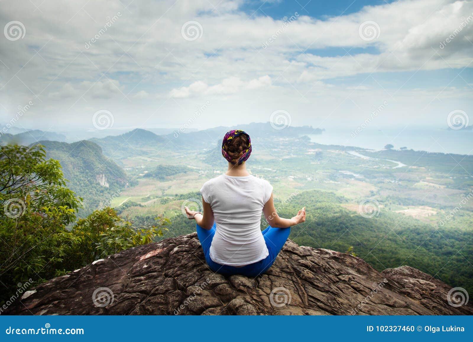 Yoga och meditationen för ung blond kvinna att dra sig tillbaka praktiserande i berg under lyxig yoga i Bali, Asien