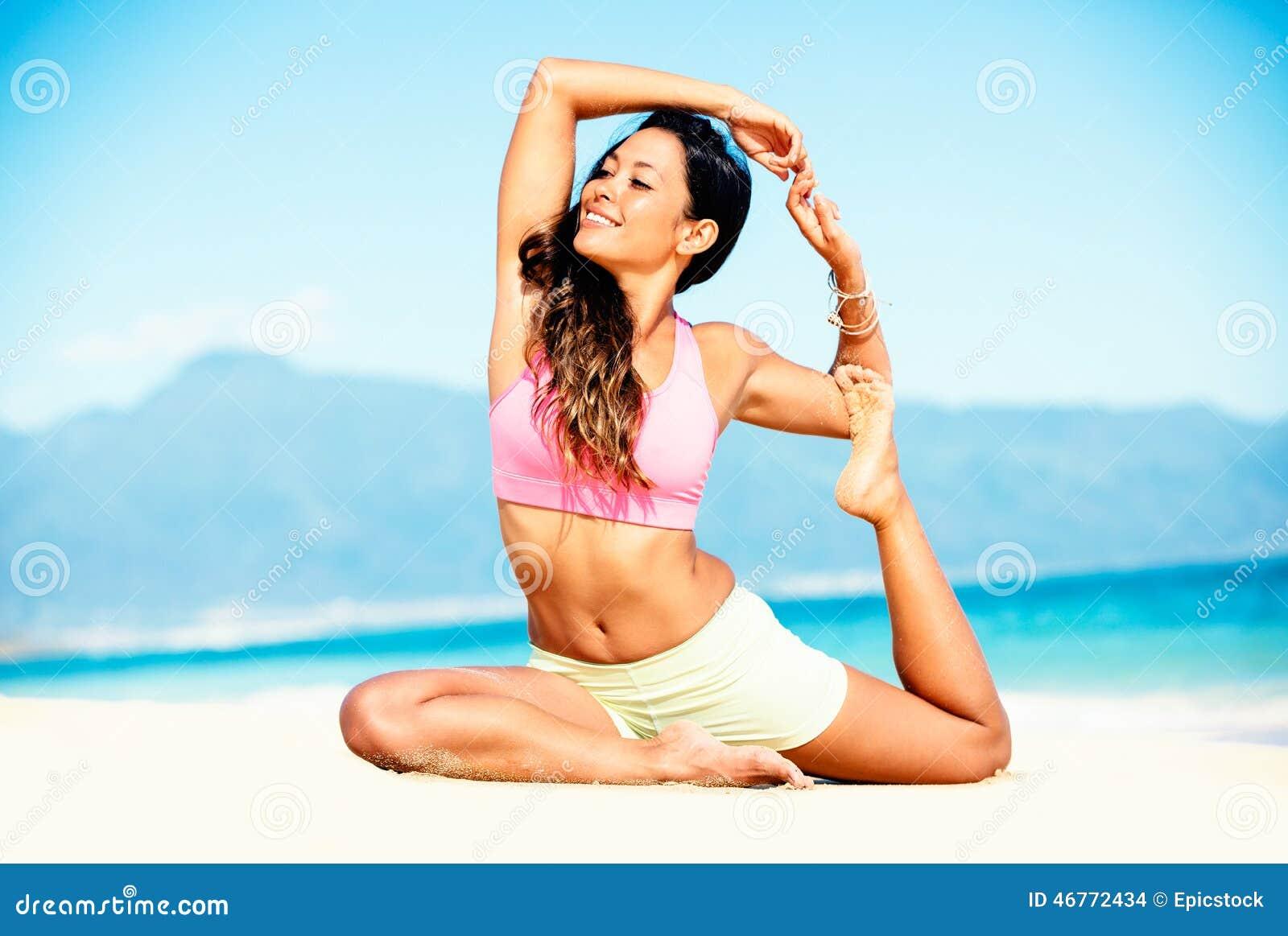 Yoga practicante de la mujer en la playa