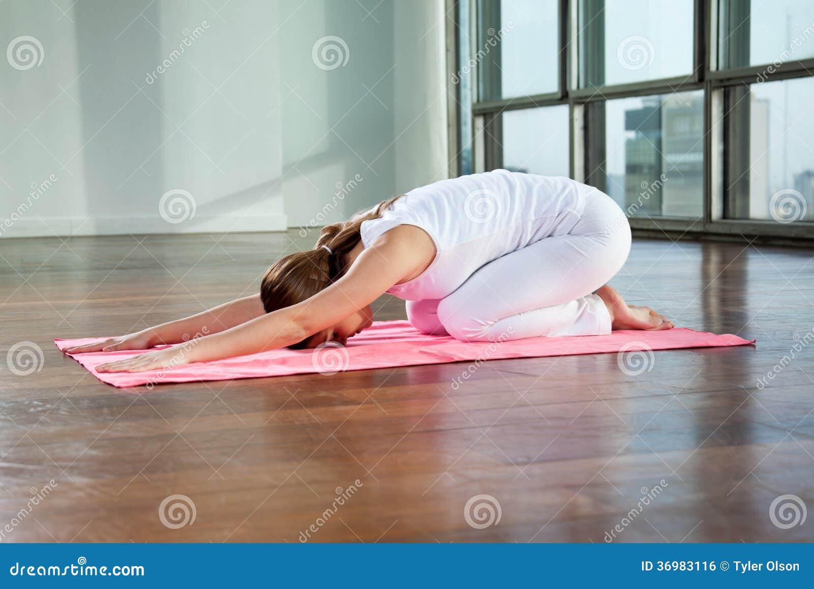 Yoga practicante de la mujer joven