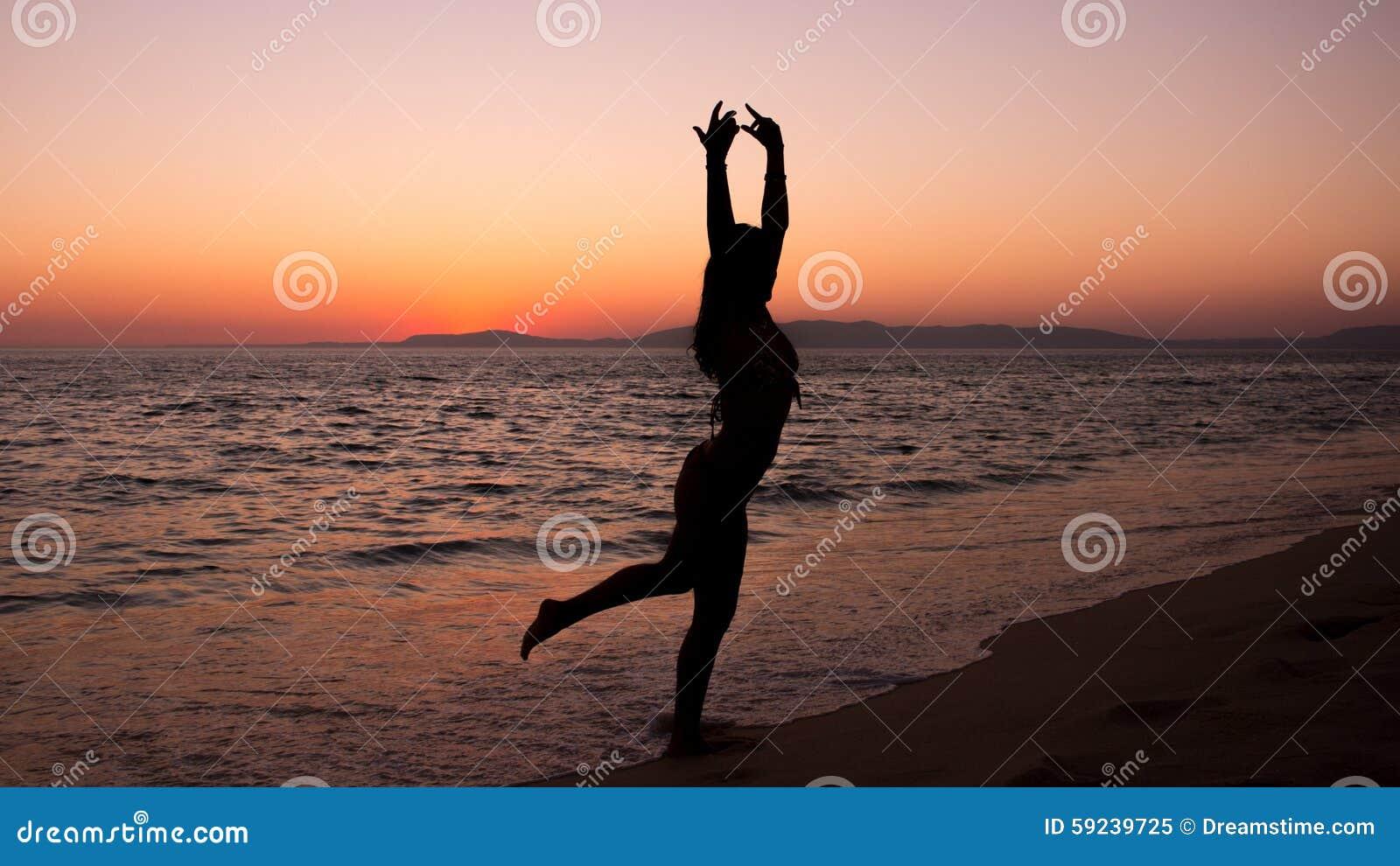 Download Yoga Practicante De La Mujer, Puesta Del Sol En La Playa Imagen de archivo - Imagen de vida, emoción: 59239725