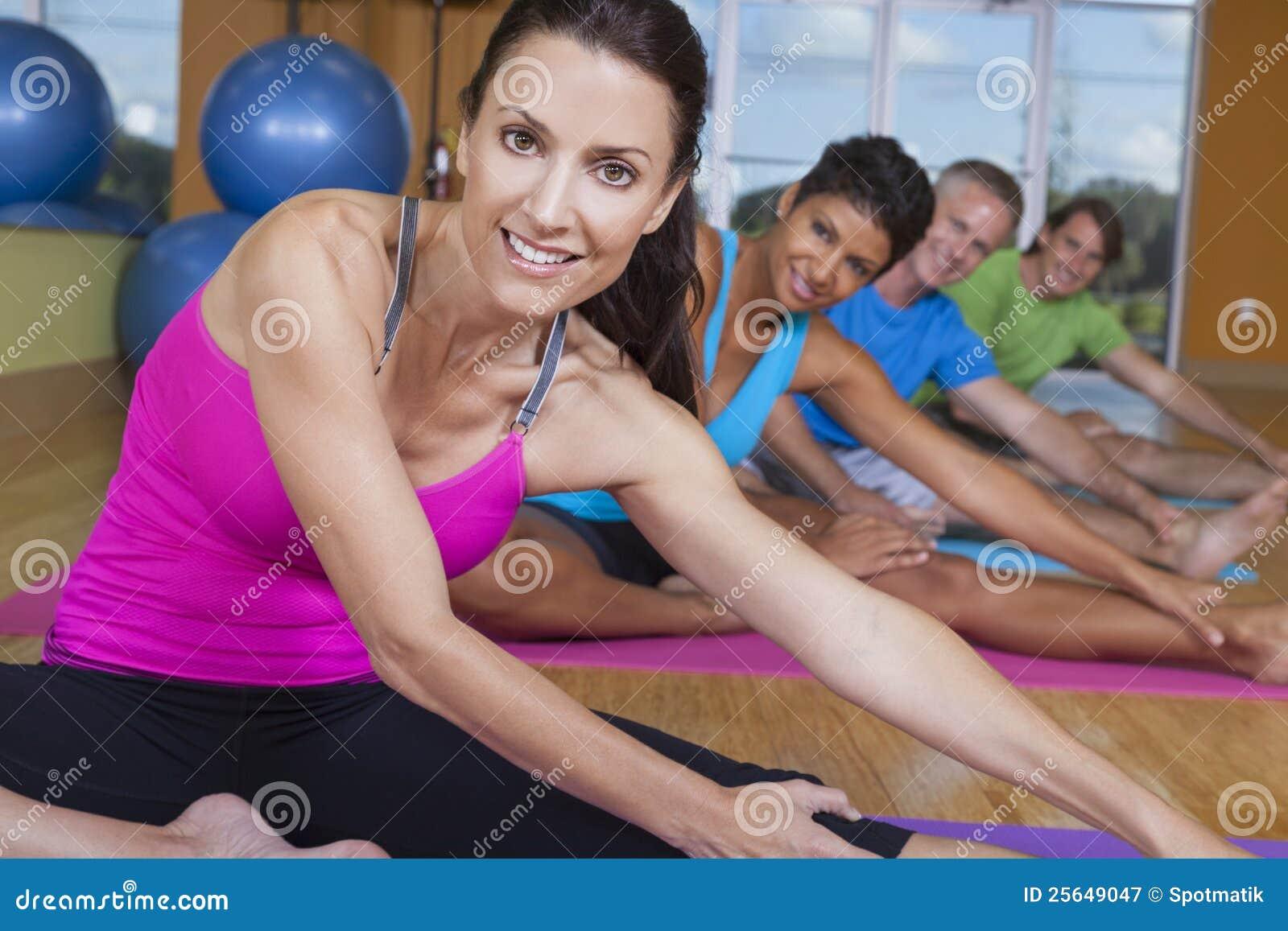 Yoga practicante del grupo de personas interracial