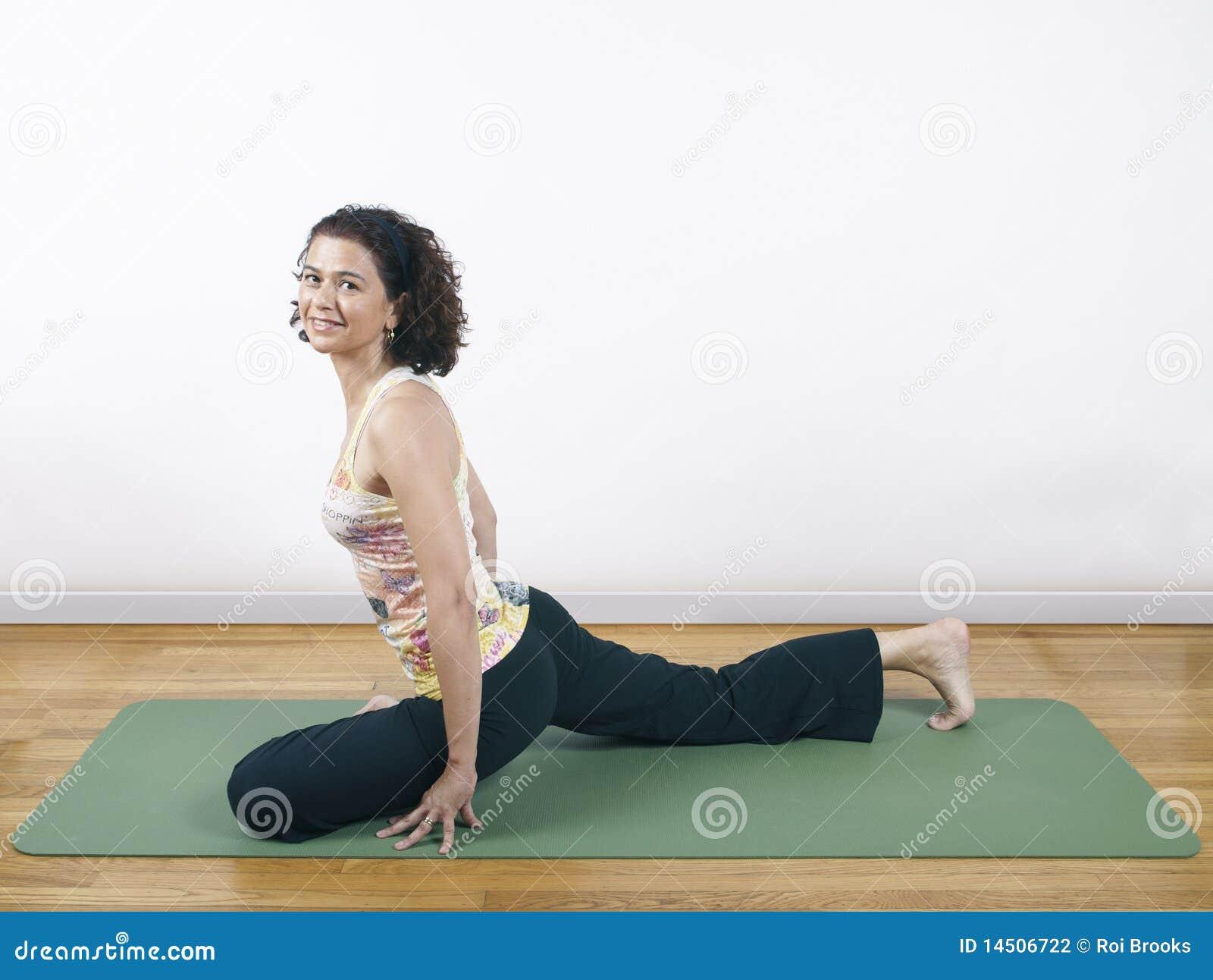 Yoga Taube Haltung Stockfotos – 396 Yoga Taube Haltung Stockbilder ...