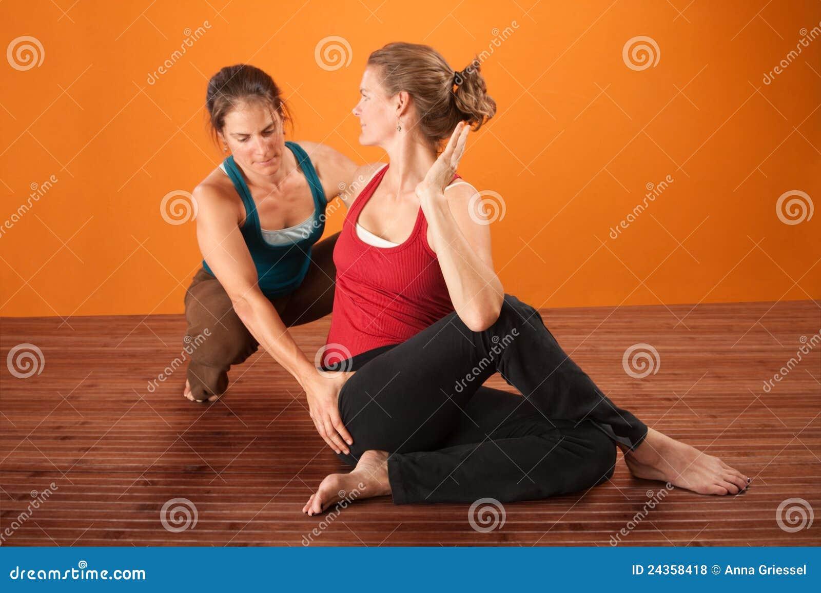 Yoga-Trainer mit Kursteilnehmer