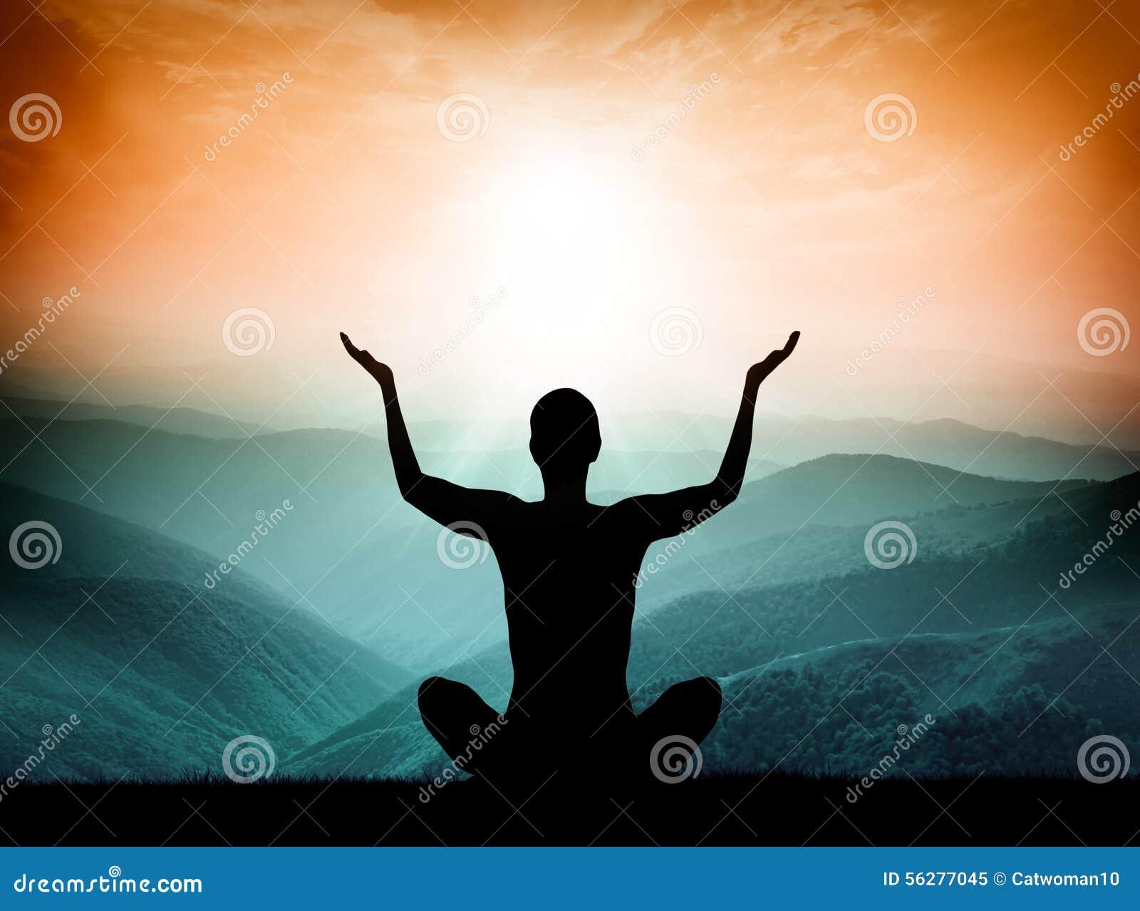 Yoga und Meditation Schattenbild des Mannes auf dem Berg